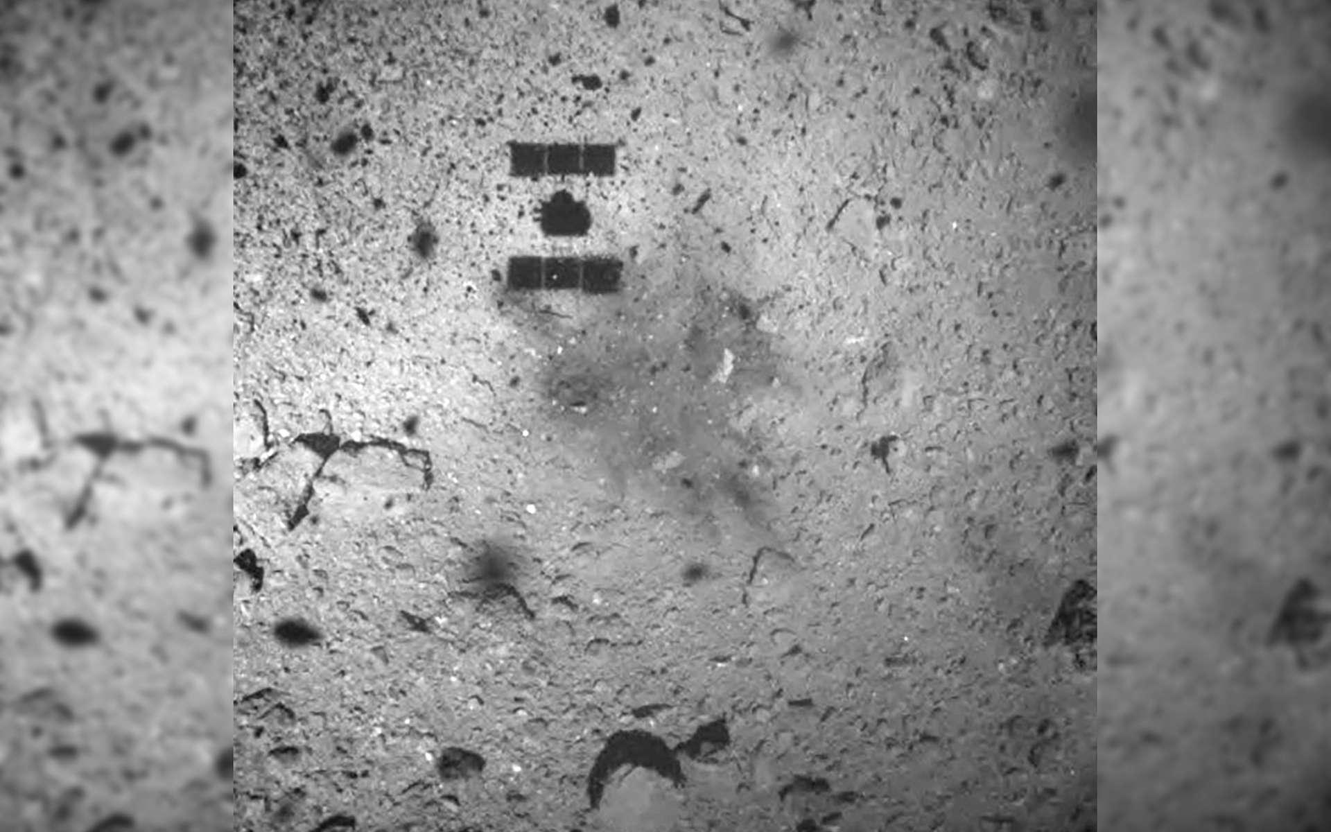 La sonde Hayabusa-2 lors de sa descente pour réaliser un « touch-down » et récupérer des échantillons de l'astéroïde Ryugu. © Jaxa, Hayabusa-2 Science Team