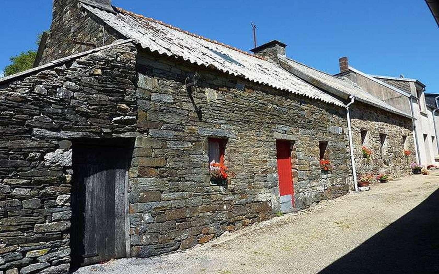 Le fibrociment est souvent utilisé comme matériau de toiture. Ici, des maisons aux toits en fibrociment. © Henri MOREAU, CC BY-SA 3.0, Wikimedia Commons
