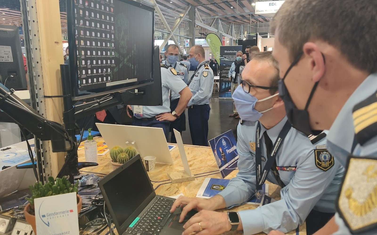 Sur le stand des gendarmes sur le FIC, deux militaires simulent une attaque par ransomware. © Futura
