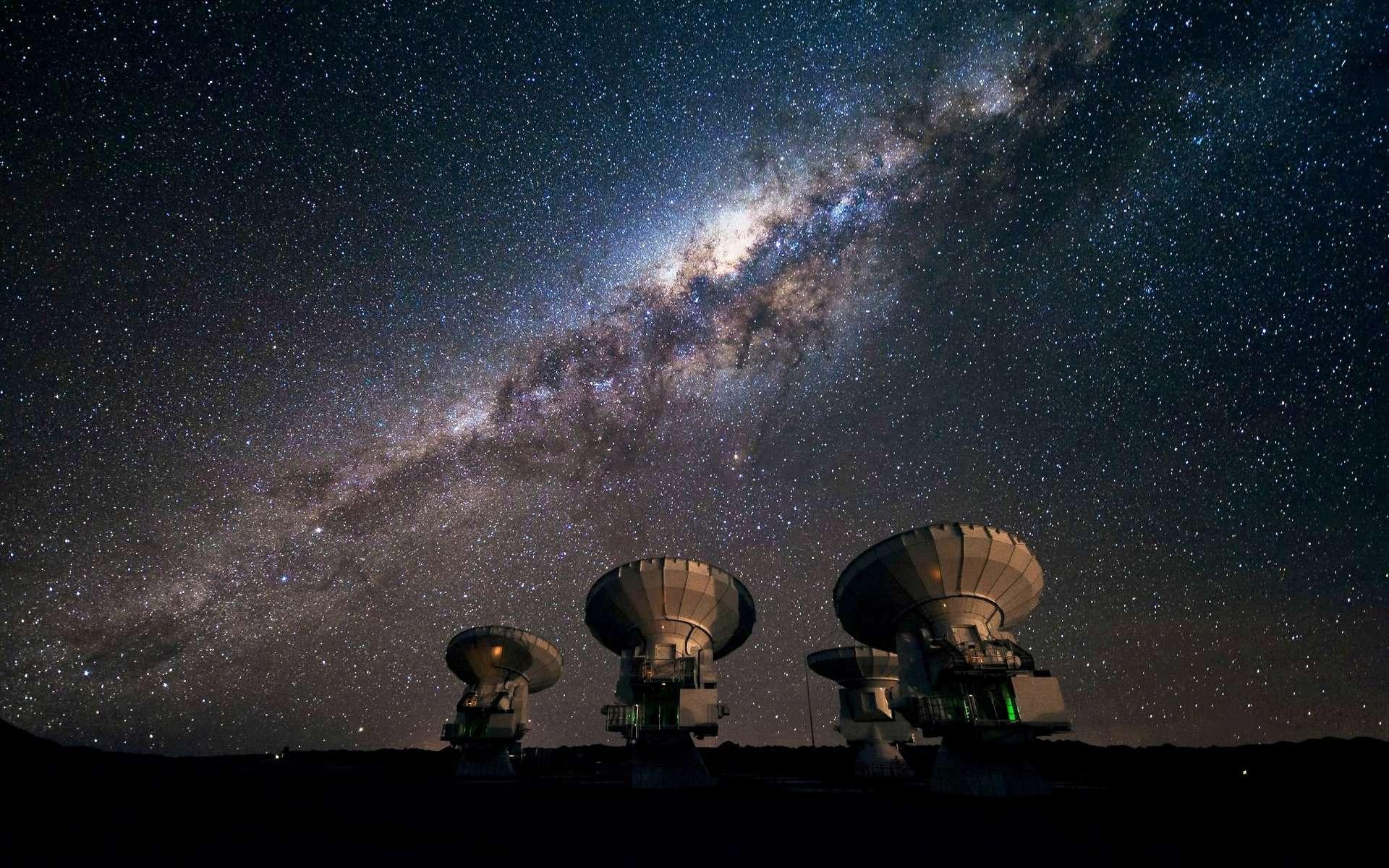 Des bébés étoiles sont en danger près de notre trou noir supermassif. Ici, une vue d'Alma observant la Voie lactée. © ESO