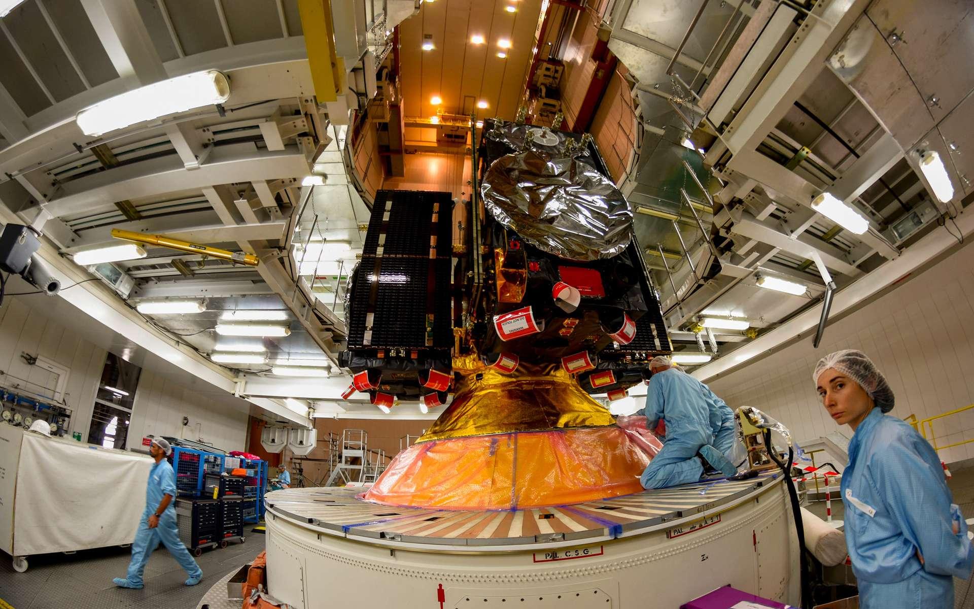 Quatre satellites Galileo installés sur le dispenser, lui-même posé sur l'étage supérieur d'Ariane 5. © ESA, M. Pedoussaut