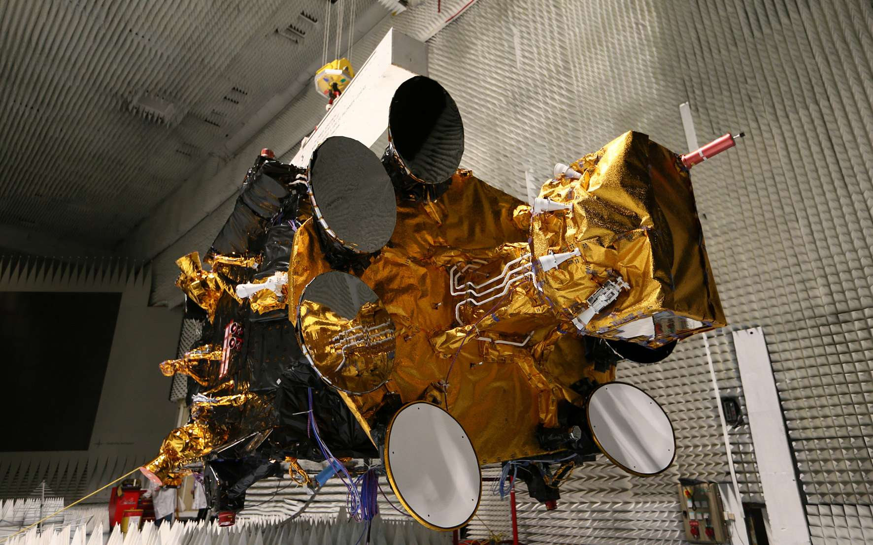 Dans la chambre anéchoïque de l'usine cannoise de Thales Alenia Space, le satellite de télécommunications Athena-Fidus se prépare pour ses essais de compatibilité électromagnétique. © Thales Alenia Space, Paul Ridderhof