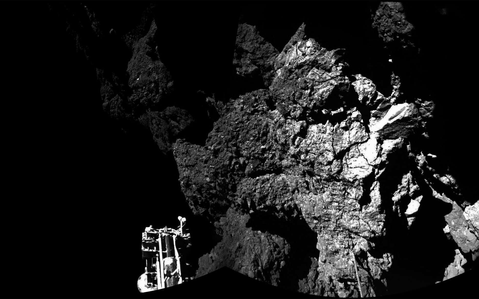 Une des trois jambes du robot Philae, posé quelque part sur la comète 67P/Churyumov-Gerasimenko dans un lieu ombragé. © Esa, Philae Science team, Civa