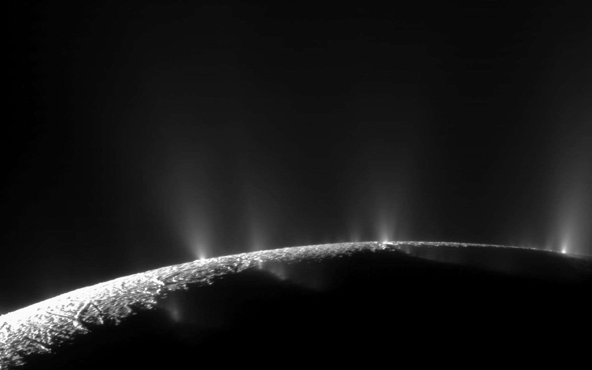 Pas moins de 30 jets ont été identifiés sur cette image d'Encelade, prise dans la région du pôle sud par la sonde Cassini le 21 novembre 2009. Mais d'où vient l'énergie à l'intérieur de cette lune ? © Nasa, JPL, Space Science Institute