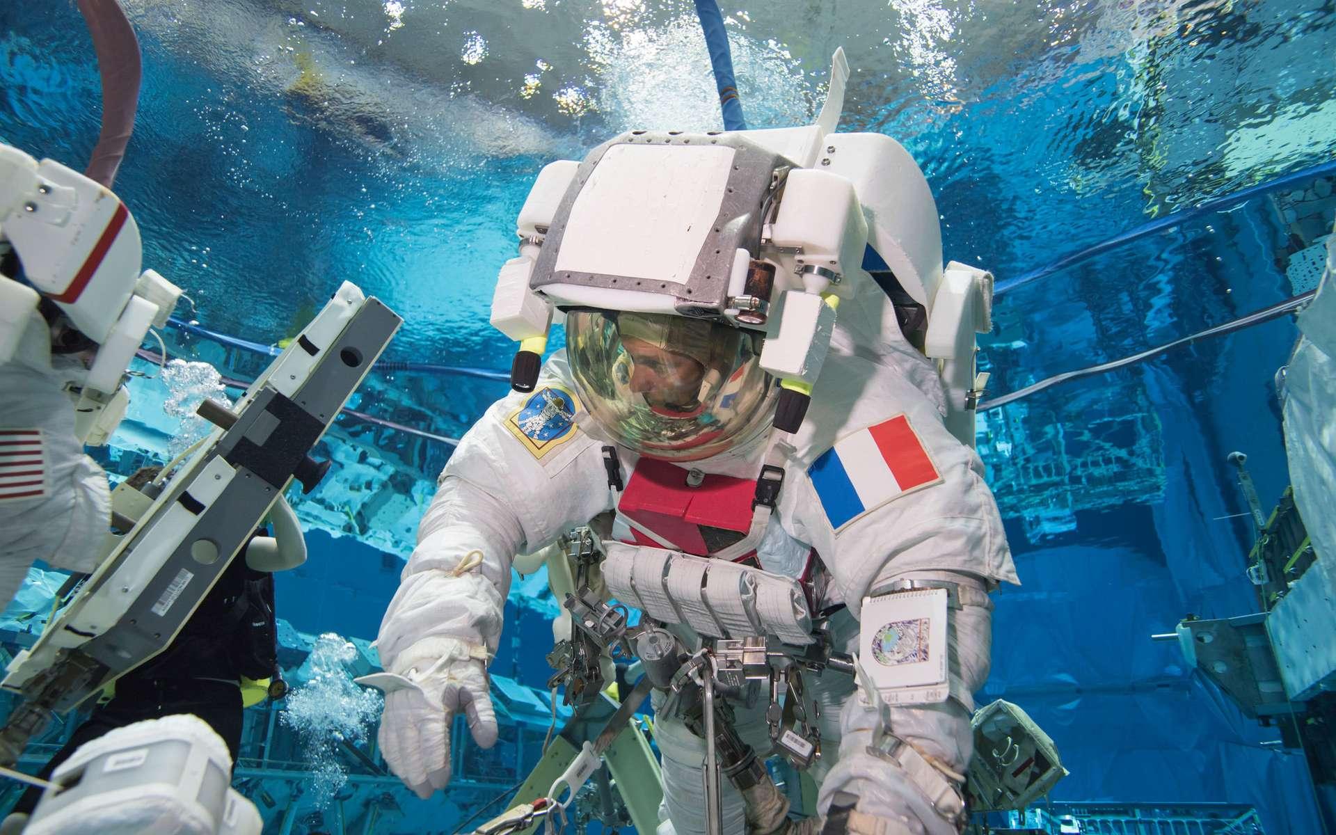 Thomas Pesquet à l'entraînement en janvier 2016, dans le Laboratoire de flottabilité neutre, répétant une des tâches qu'il aura à réaliser lors de son séjour à bord de la Station spatiale. © Neutral Buoyancy Laboratory, Bill Brassard