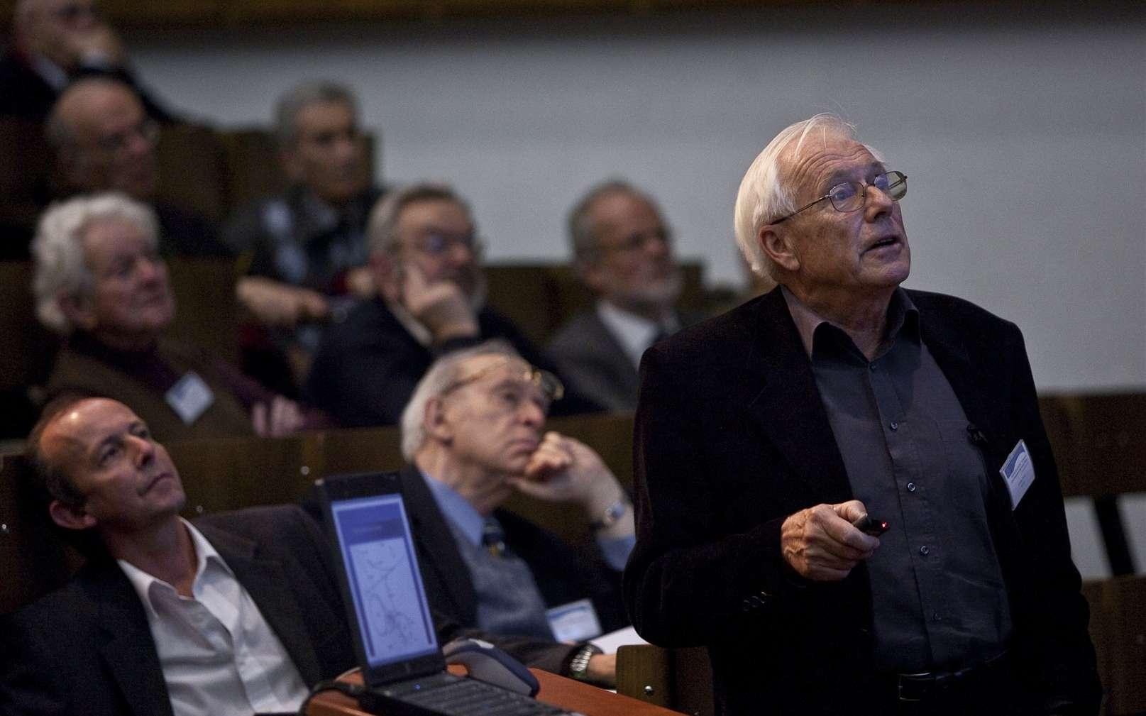 Au premier plan, Günther Plass, juste derrière lui le prix Nobel Jerome Friedman et, au-dessus de lui, en partant de la gauche les prix Nobel Lederman et Veltman. Crédit : Cern