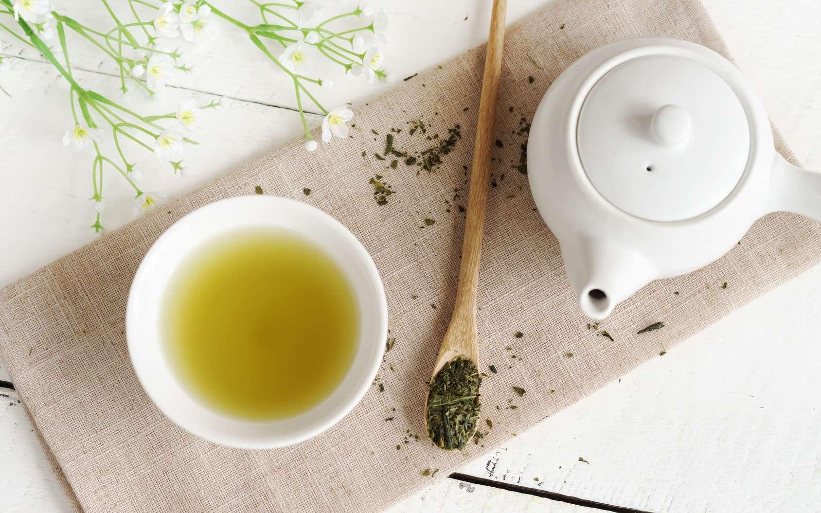 Le thé vert est peu transformé et contient des quantités élevées de molécules antioxydantes. © Kittiphan, Fotolia