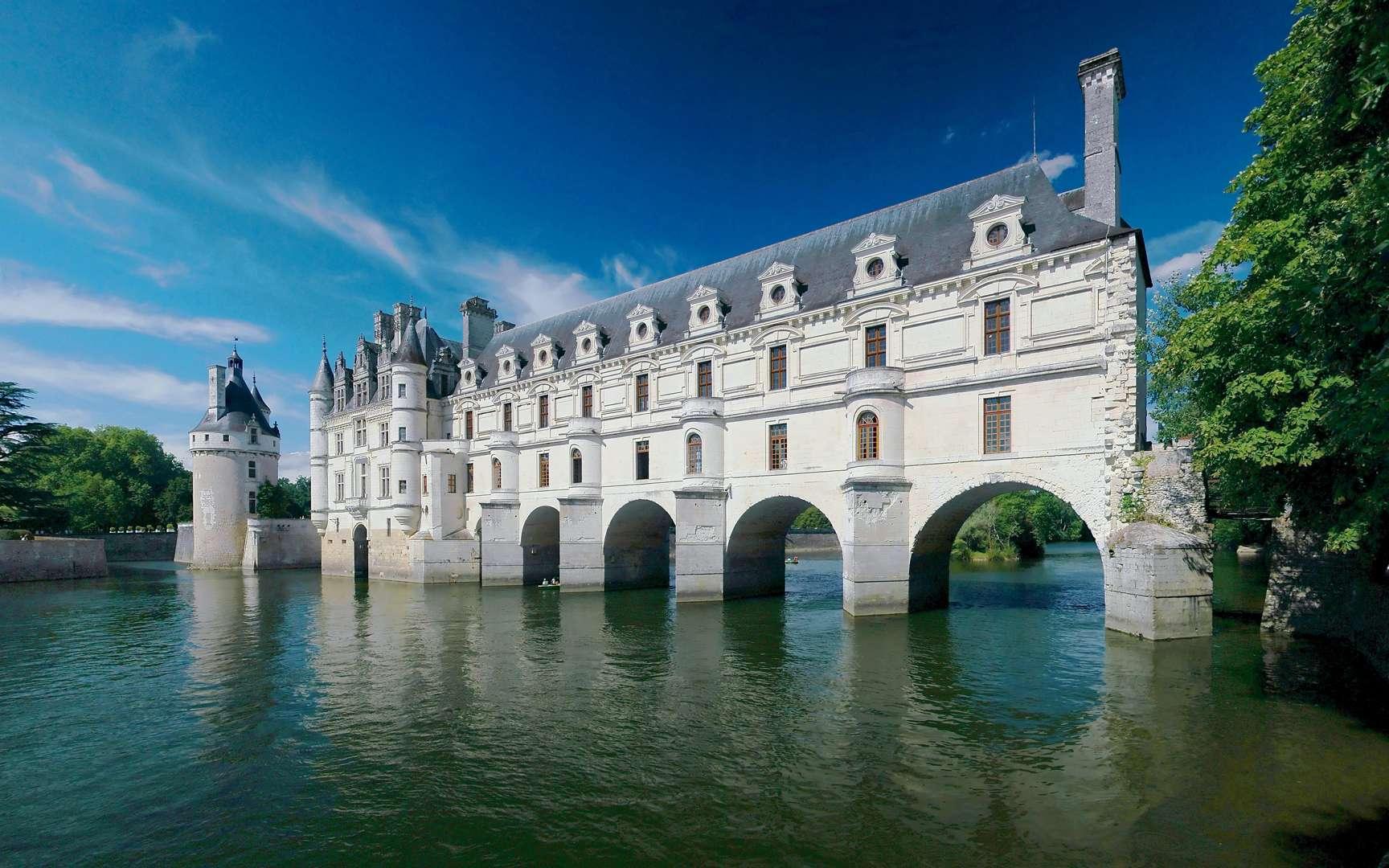 Le château de Chenonceau, un des châteaux de la Loire. Le château de Chenonceau se situe dans la commune de Chenonceaux, en Indre-et-Loire. Il fait partie des célèbres châteaux de la Loire. Bâti en 1513 par Katherine Briçonnet, embelli par Diane de Poitiers puis Catherine de Médicis, sauvé pendant la Révolution française par Louise Dupin, il est aussi appelé « château des Dames ». © Ra-smit's photo. CC by-nc-sa 2.0