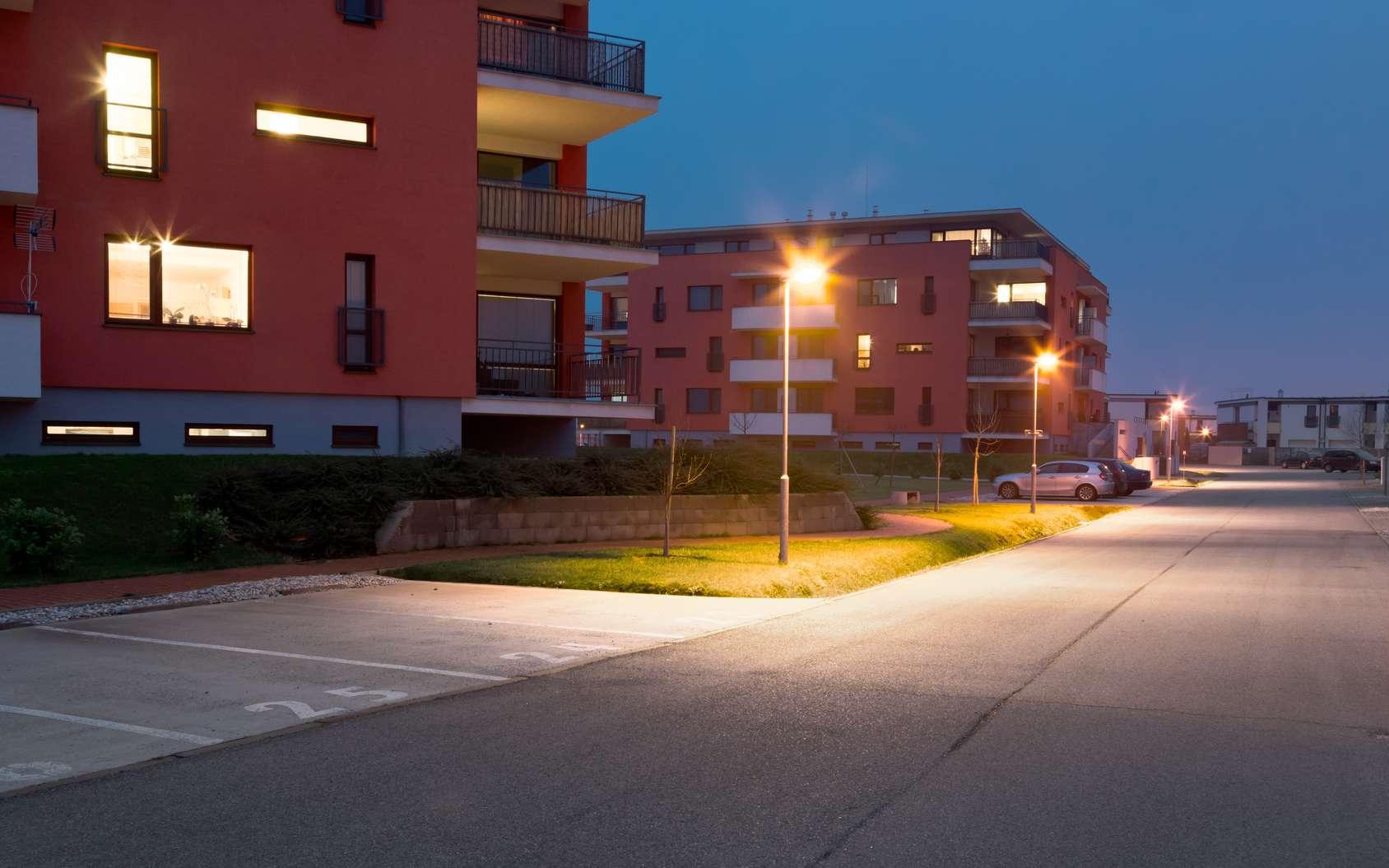 Comment lutter contre la pollution lumineuse chez soi ? Ici, des exemples d'éclairages nocturnes qui engendrent une pollution lumineuse. © Milan Noga reco, Fotolia
