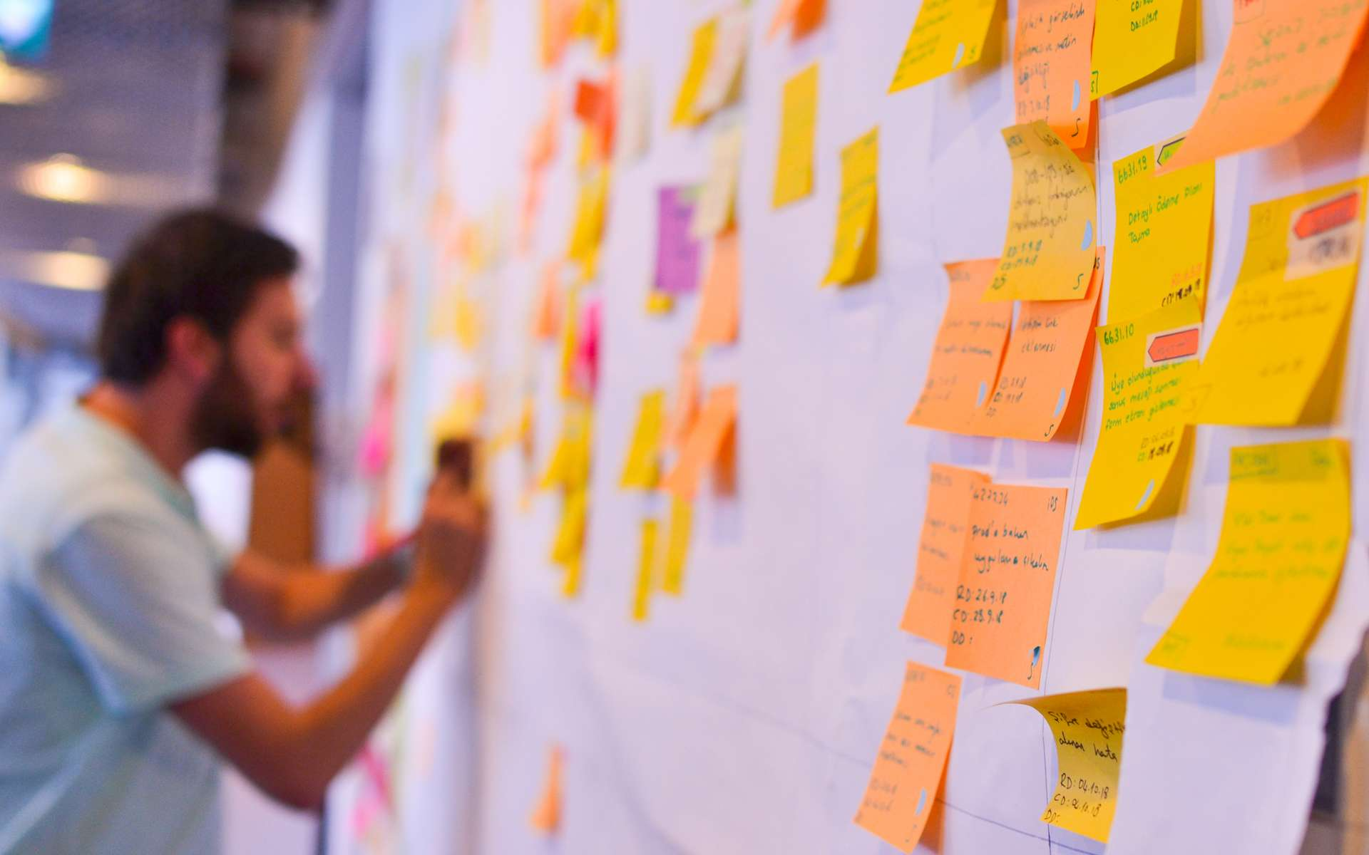 Le product owner donne à son équipe différents minis projets à réaliser afin de faire progresser l'ensemble de la mission. © Berk, Adobe Stock.