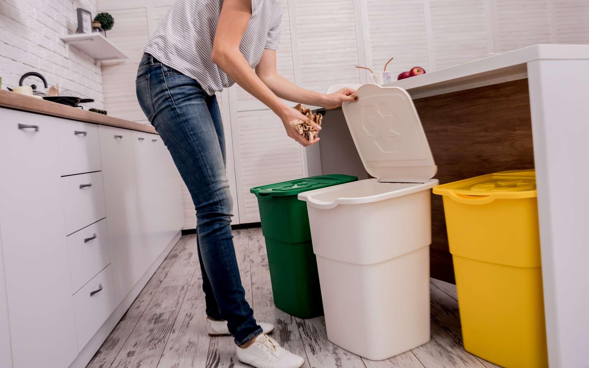 Premier pas vers la réduction des déchets : le tri sélectif. Papier, métal, plastique sont plus facilement traités et séparés des déchets organiques (légumes, coquilles d'œufs...) qui peuvent être réutilisés pour faire du compost. © romaset, Adobe Stock