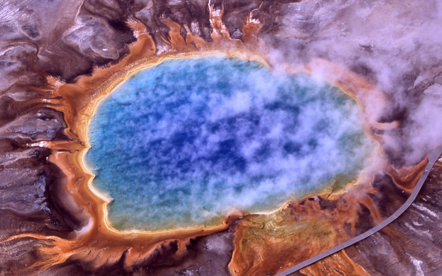 Le Grand Prismatic Spring, aux États-Unis, est l'un des plus beaux lacs colorés du monde. © Jim Peaco, National Park Service, Wikipedia, Domaine public