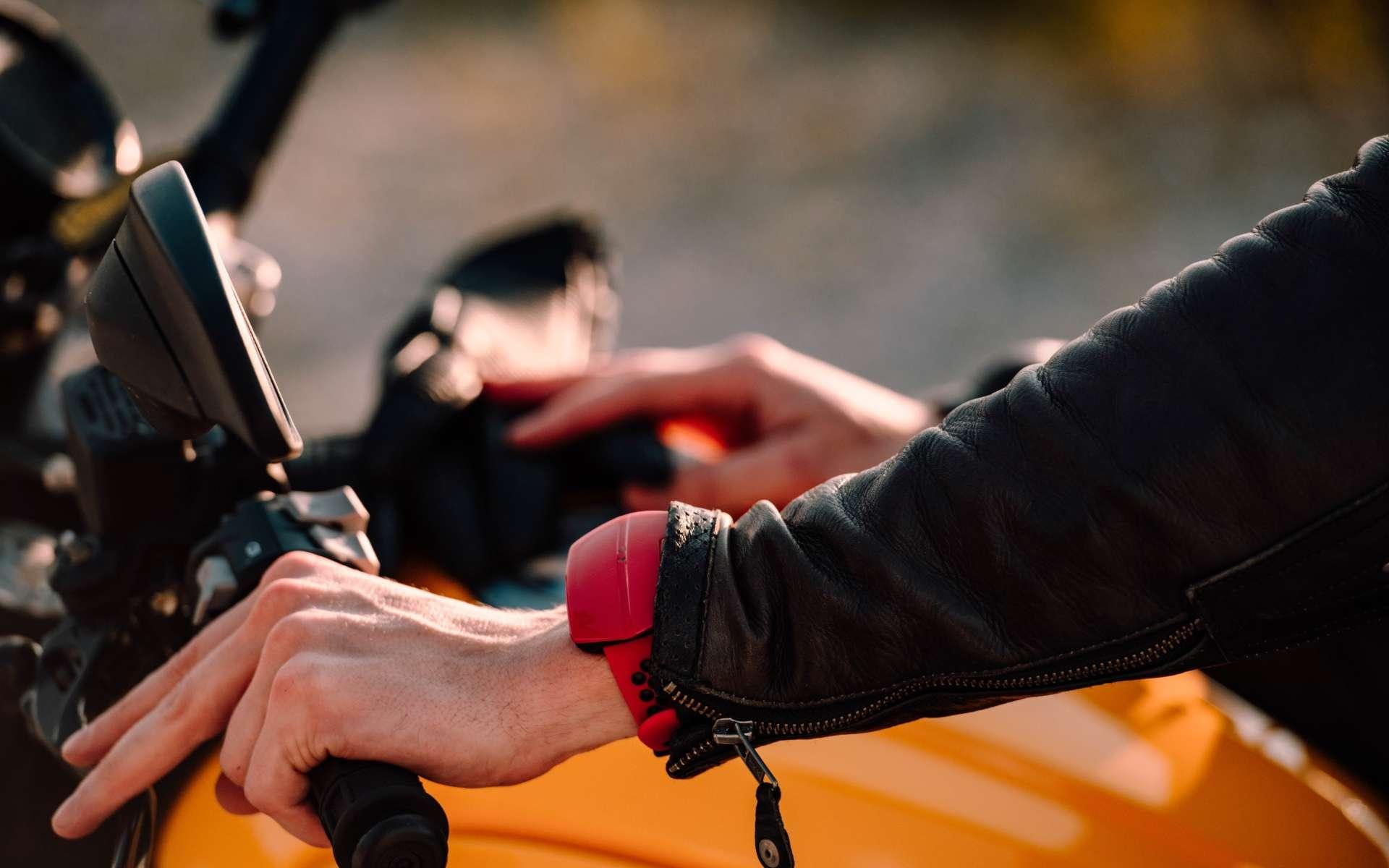 Sentinel de Motobit est un dispositif Bluetooth qui se porte au poignet ou à la ceinture. Il sécurise la conduite sur route des motards. © Courtesy of Motobit