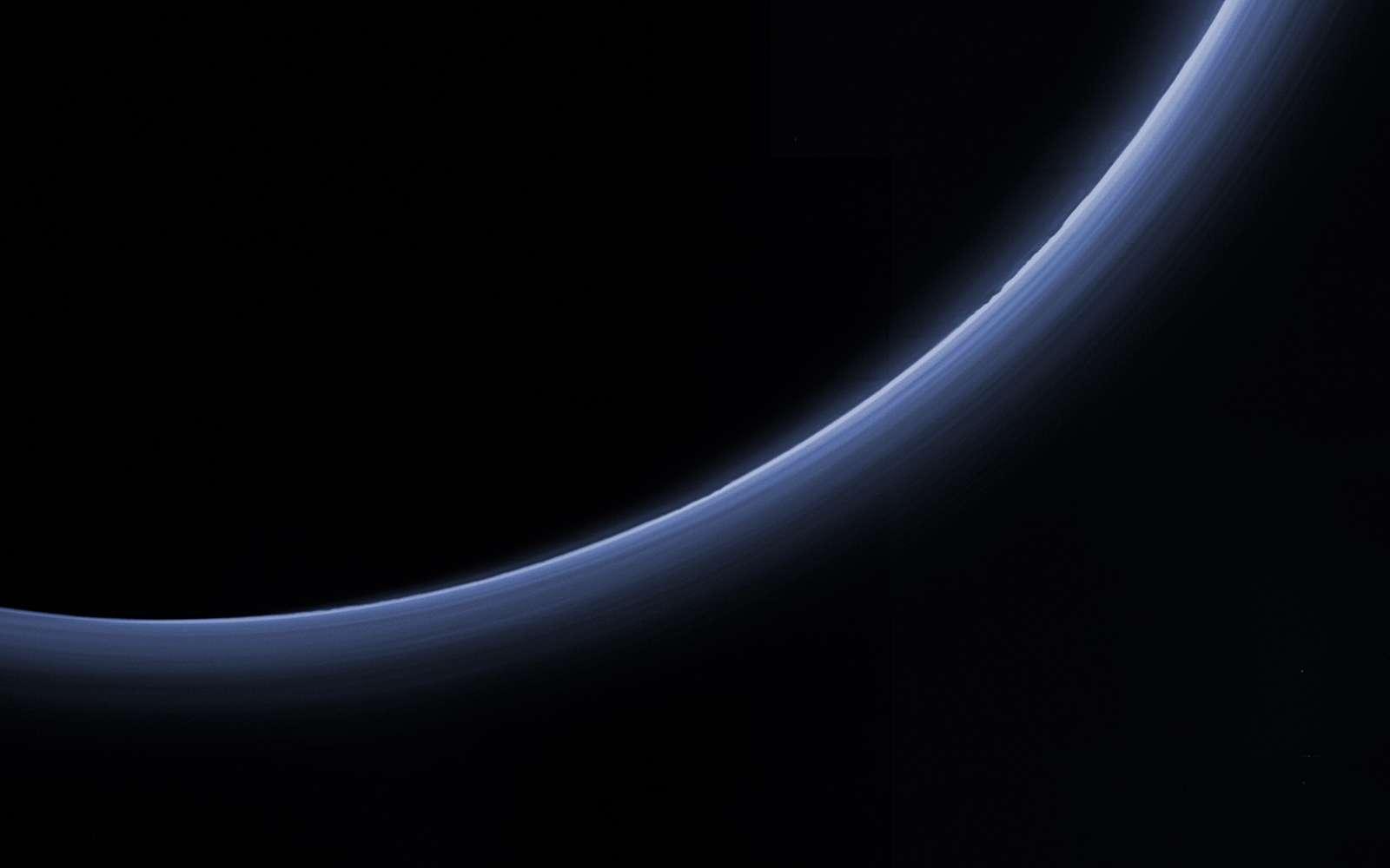 Les couches de brume s'empilent jusqu'à 200 km d'altitude dans l'atmosphère bleutée de Pluton. © Nasa, JHUAPL, SwRI