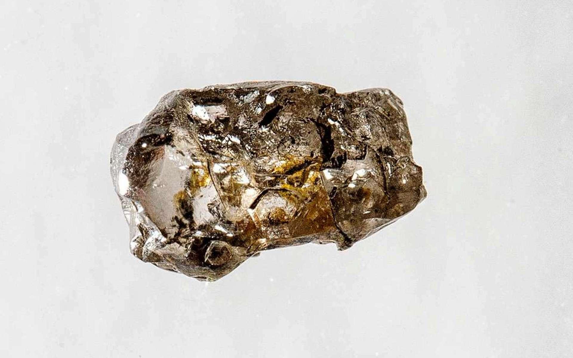 Ce diamant brut de mauvaise qualité ne fait que quelques millimètres de long. Il contient cependant un trésor invisible à l'œil nu qu'ont révélé des études patientes menées pendant des années. Les méthodes de spectroscopie Raman et de diffraction des rayons X ont montré qu'il contenait des inclusions d'un minéral mythique dans le manteau : la ringwoodite. © Université de l'Alberta