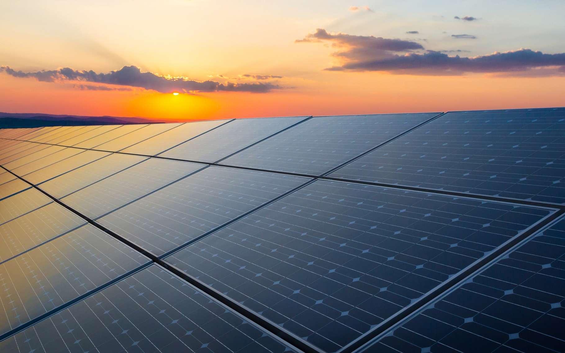 Des chercheurs du MIT et du Masdar Institute proposent des cellules solaires dont l'efficacité serait économiquement intéressante. Entre les cellules photovoltaïques hyper efficaces, mais réservées à des marchés de niche, et les panneaux solaires grand public, ces nouvelles cellules pourraient bien trouver un nouveau marché. © foxbat, Shutterstock