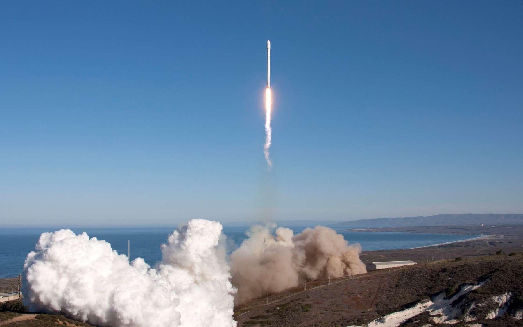 Au décollage, la version améliorée du Falcon 9 de base. Avec neuf moteurs Merlin 1D, ce lanceur est, en théorie et selon le lieu de lancement, conçu pour mettre 13 tonnes en orbite basse et jusqu'à 4,8 tonnes en orbite de transfert géostationnaire. © SpaceX