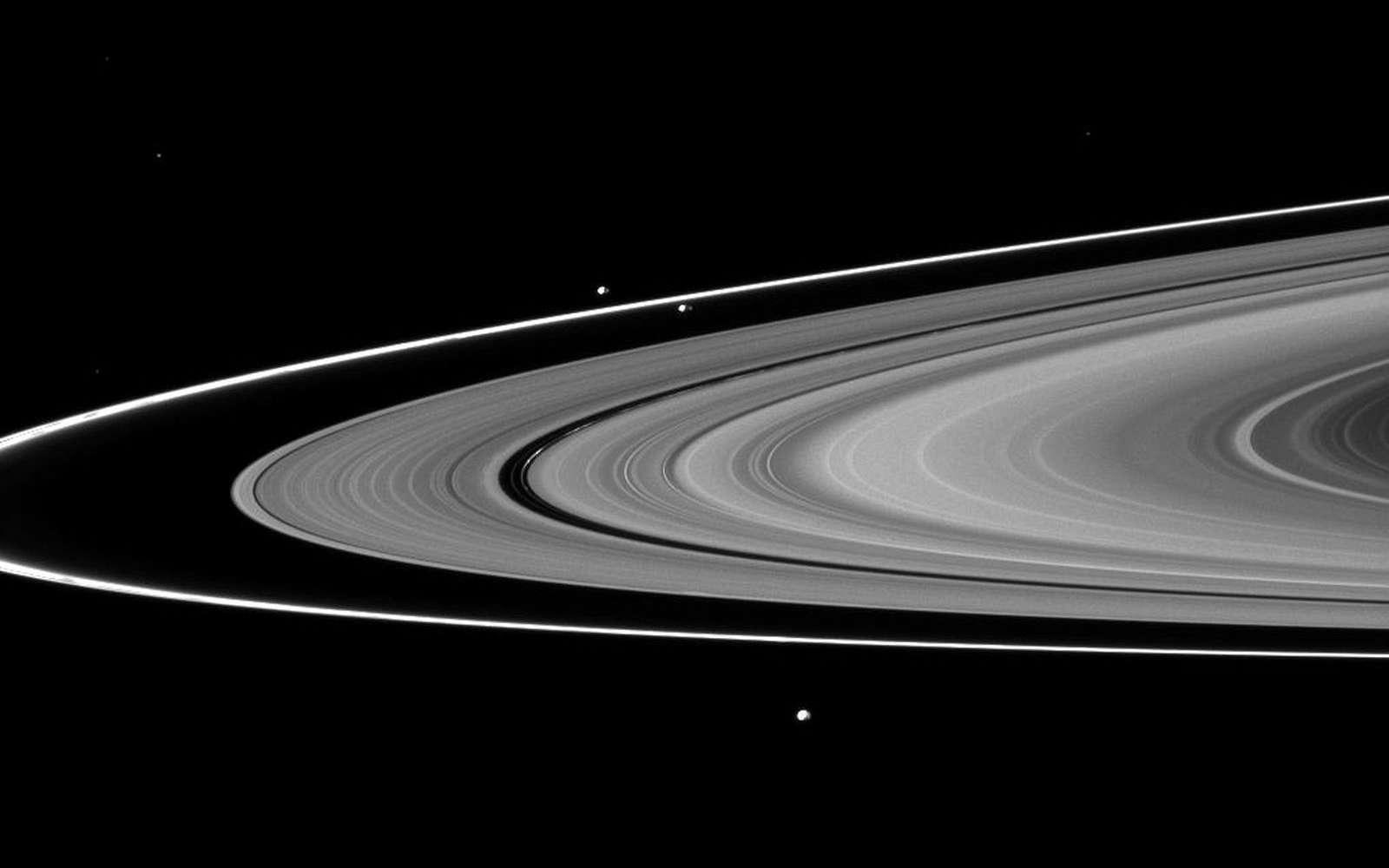 Les lunes « bergères » de l'anneau F, Prométhée et Pandore, sont montrées avec Epiméthée au premier plan de cette image des anneaux de Saturne. Prométhée (86 km) peut être vue en orbite à l'intérieur de l'anneau F mince. Pandore (81 kilomètres de diamètre) orbite en dehors de l'anneau F, à gauche de Prométhée. Epiméthée (113 kilomètres) orbite au-delà de l'anneau F près du bas de l'image. © Nasa-JPL