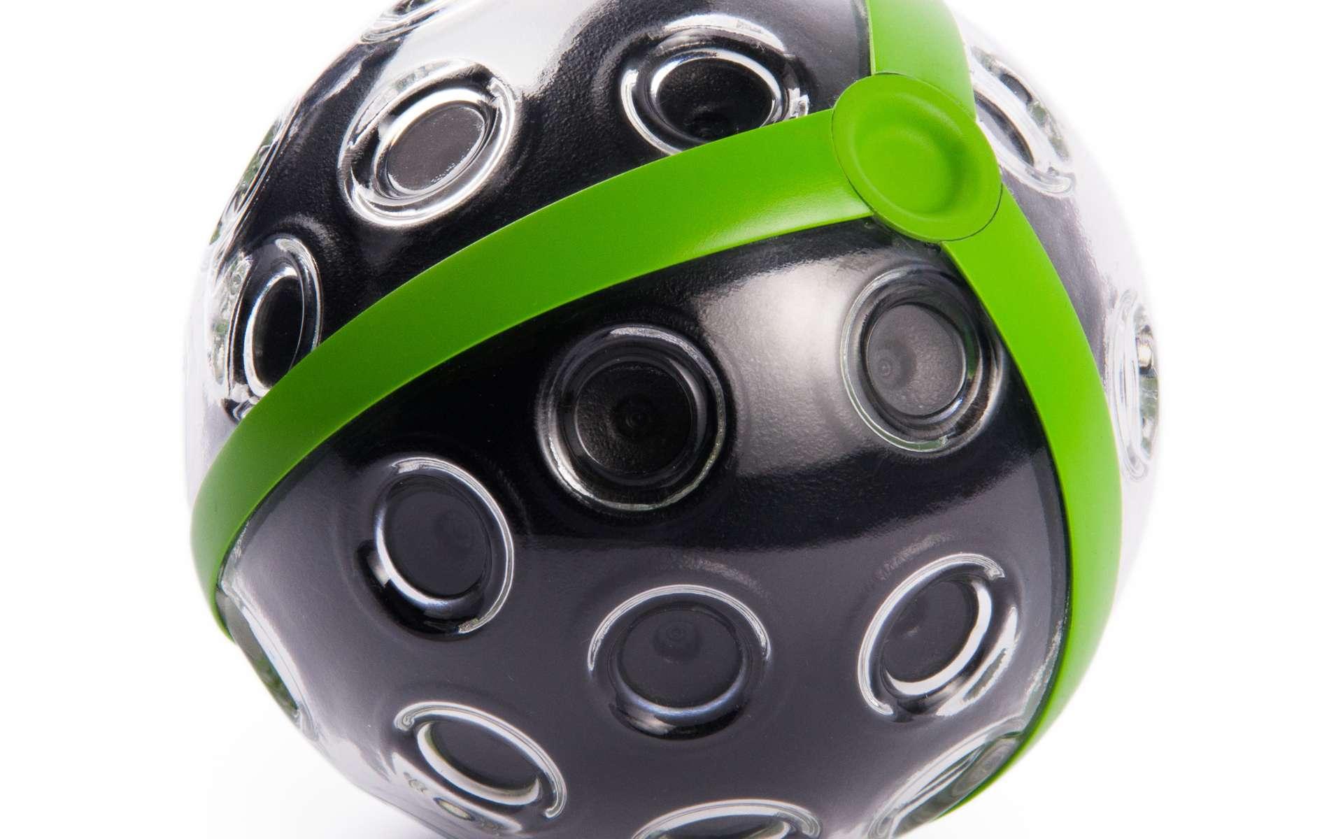 En forme de ballon, l'appareil photo Panono mesure 11 cm de diamètre. Il renferme 36 capteurs photo qui produisent une image panoramique de 72 mégapixels. L'appareil est conçu pour résister en cas de chute « d'une hauteur normale » lorsqu'il est lancé en l'air à la force des bras. © Panono