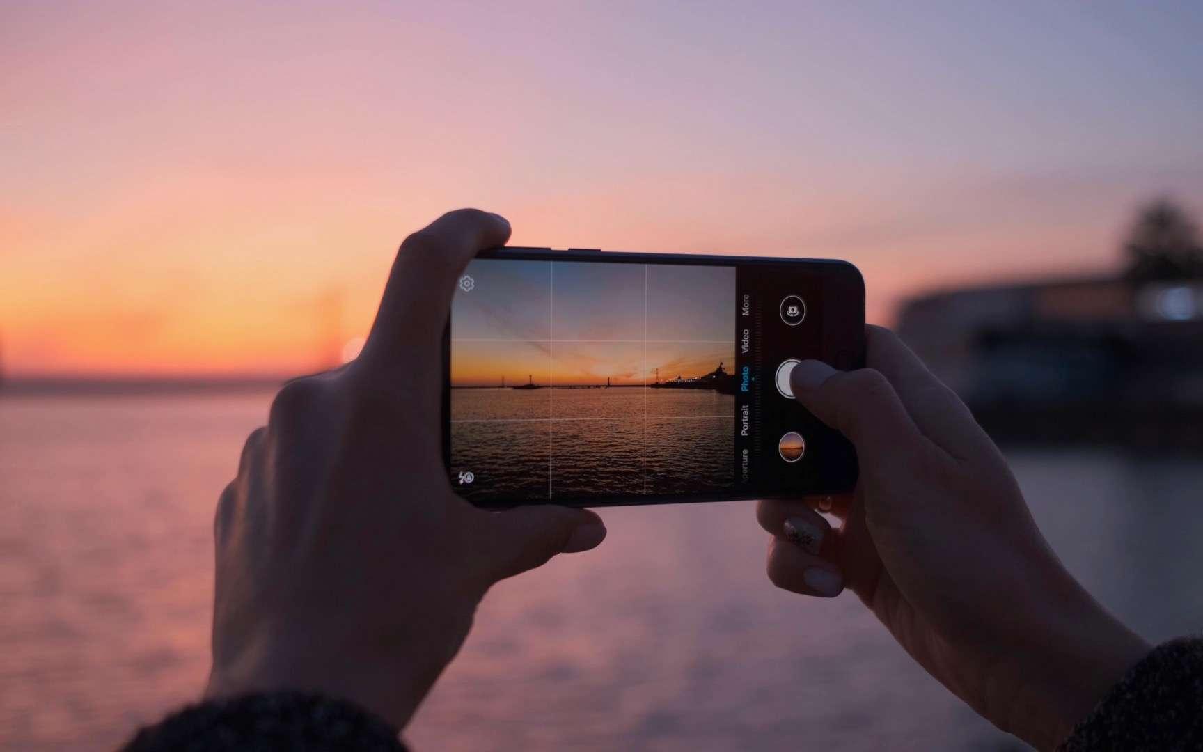 Google aurait-il trouvé la solution pour que l'appareil photo soit performant tout en se cachant sous l'écran du smartphone ? © StudioPN, Adobe Stock