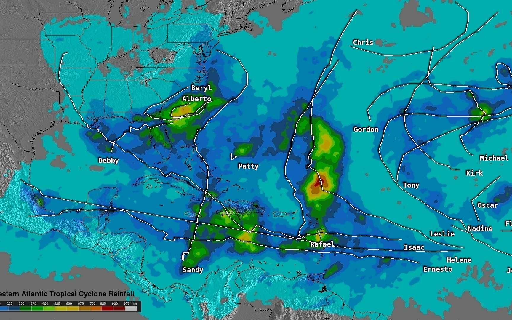 Les précipitations totales de chaque tempête tropicale de l'année 2012 sont calculées grâce au satellite TRMM de la Nasa. Les plus fortes précipitations totales mesurées sont de 975 mm pour l'ouragan Leslie (en rose). L'échelle de précipitations varie de 0 (en bleu clair) à 975 mm d'eau (en rouge). Les lignes blanches représentent les trajectoires des cyclones. © Hal Pierce, Nasa, SSAI