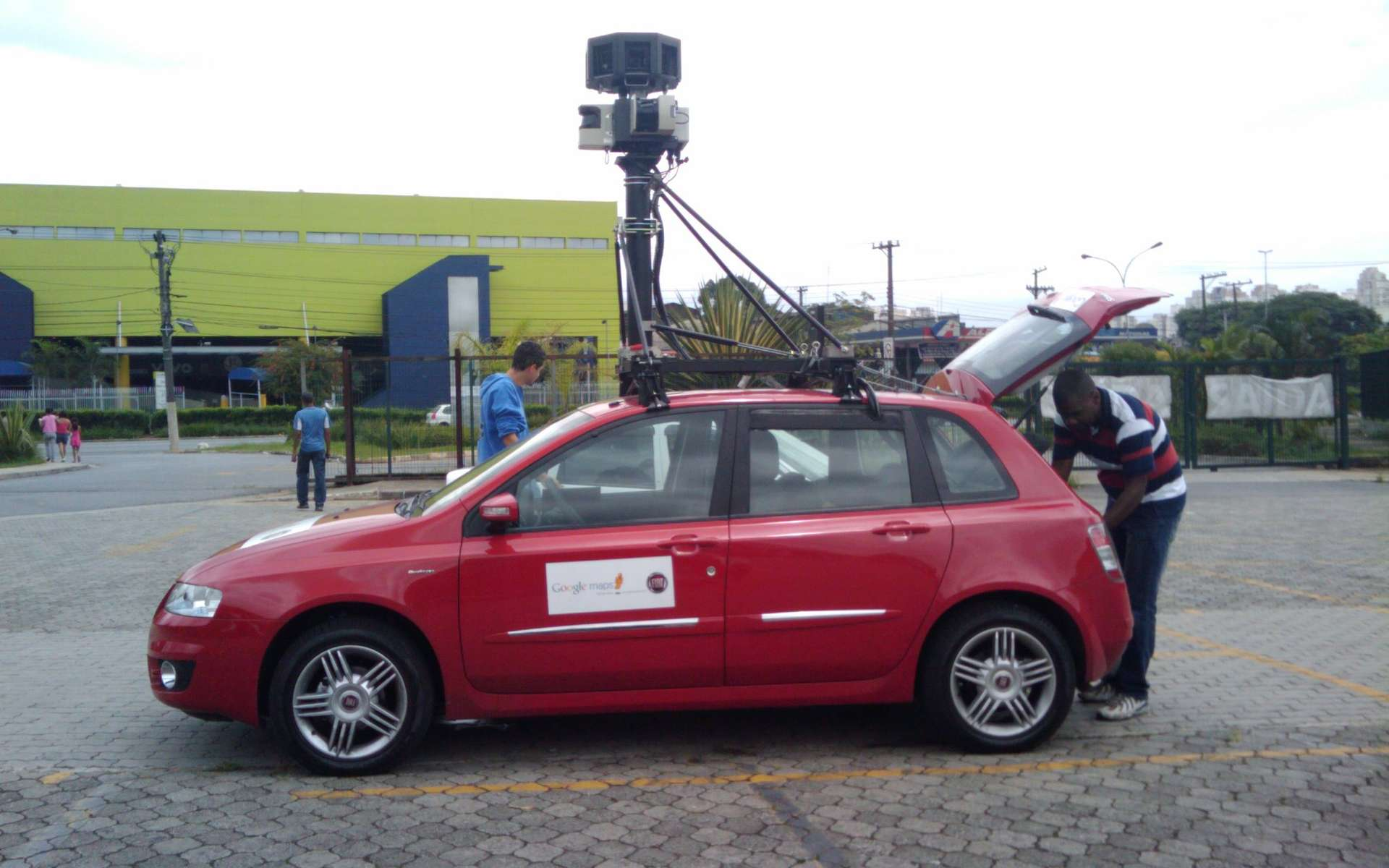 Les voitures de Google parcourent les routes et prennent des photos. Sur Google Street View, l'utilisateur a la possibilité de visionner des images plus anciennes d'un même endroit. © rbp, Flickr, cc by sa 2.0
