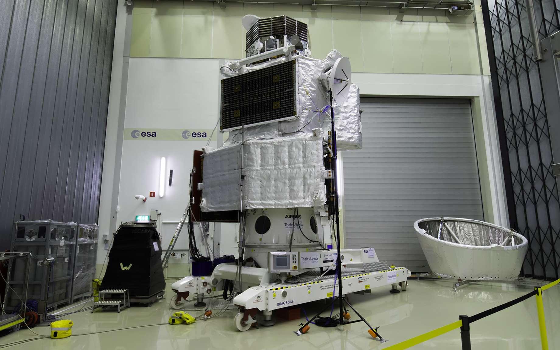 La sonde BepiColombo dans sa configuration de vol, avec au sol le bouclier Mosif qui sera installé sur le dessus de la sonde pour protéger l'orbite japonais MMO. © Rémy Decourt