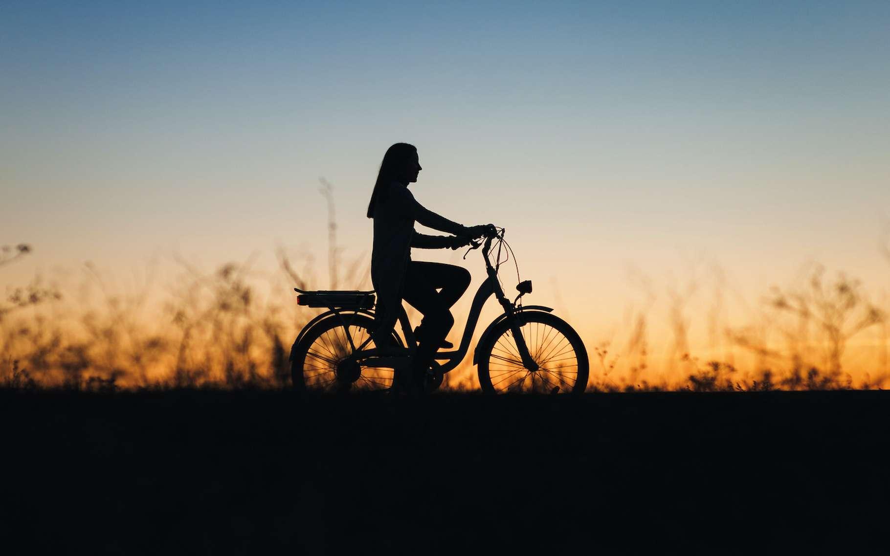 La pratique du vélo électrique se généralise. Et pour augmenter l'autonomie de sa batterie, il y a quelques astuces à connaître. © shchus, Adobe Stock