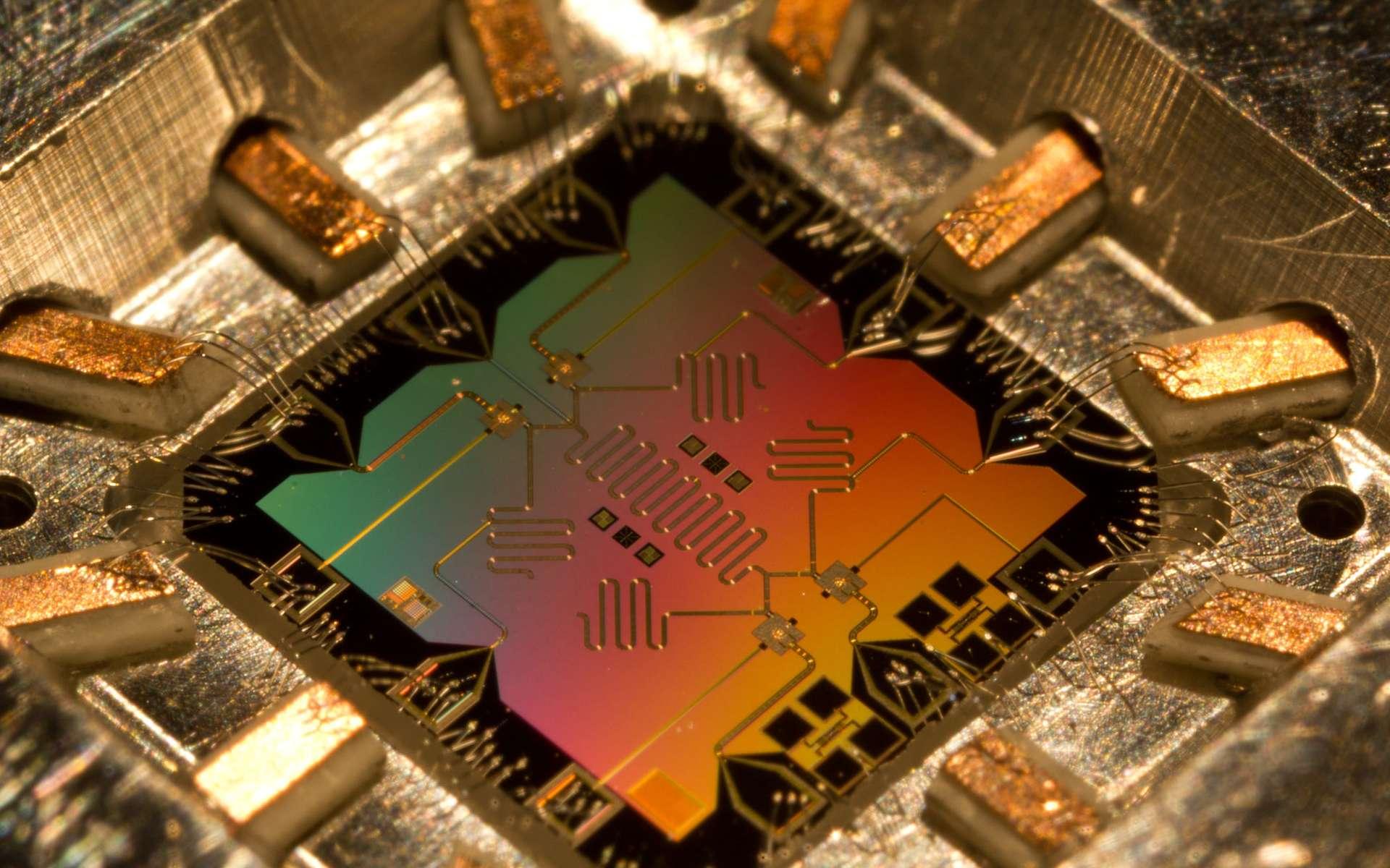 Un exemple de circuit capable de porter des qubits est mis au point par des chercheurs de l'université de Santa Barbara. Ces circuits d'un nouveau genre pourraient permettre la construction d'ordinateurs quantiques. Des composants similaires font l'objet de recherches dans bien des laboratoires dans le monde. © Erick Lucero