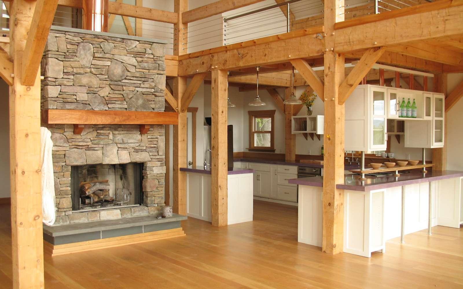 Une cuisine américaine est ouverte sur les pièces de vie. © Vermont Timber Works Inc., CC BY-SA 3.0, Wikimedia Commons