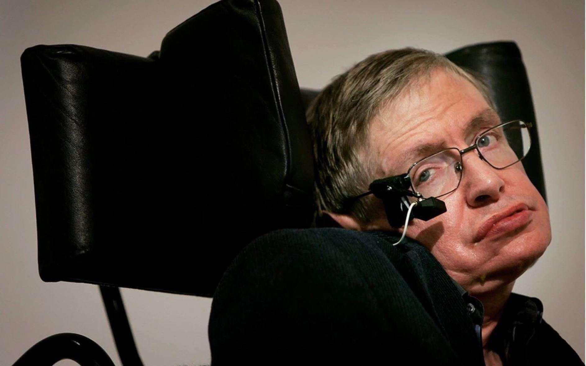 Stephen Hawking il y a quelques années, avec l'appareil lui permettant de communiquer avec un ordinateur. Plus paralysé que jamais, l'astrophysicien et mathématicien tentait toujours de percer les secrets des trous noirs et de la gravitation quantique avant sa mort. © DAMTP, University of Cambridge