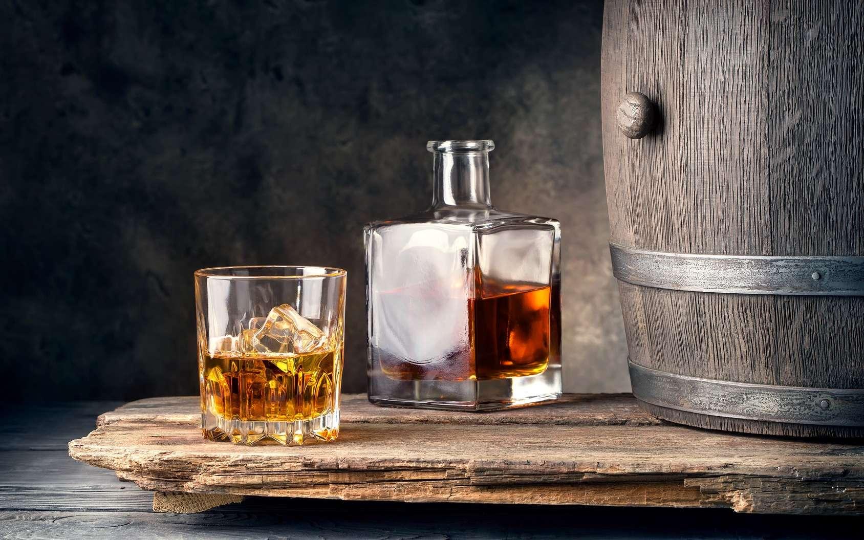 Pour certains, c'est un sacrilège de mettre de l'eau ou un glaçon dans le whisky. Pour d'autres, ce serait mieux ! © alexlukin, Fotolia