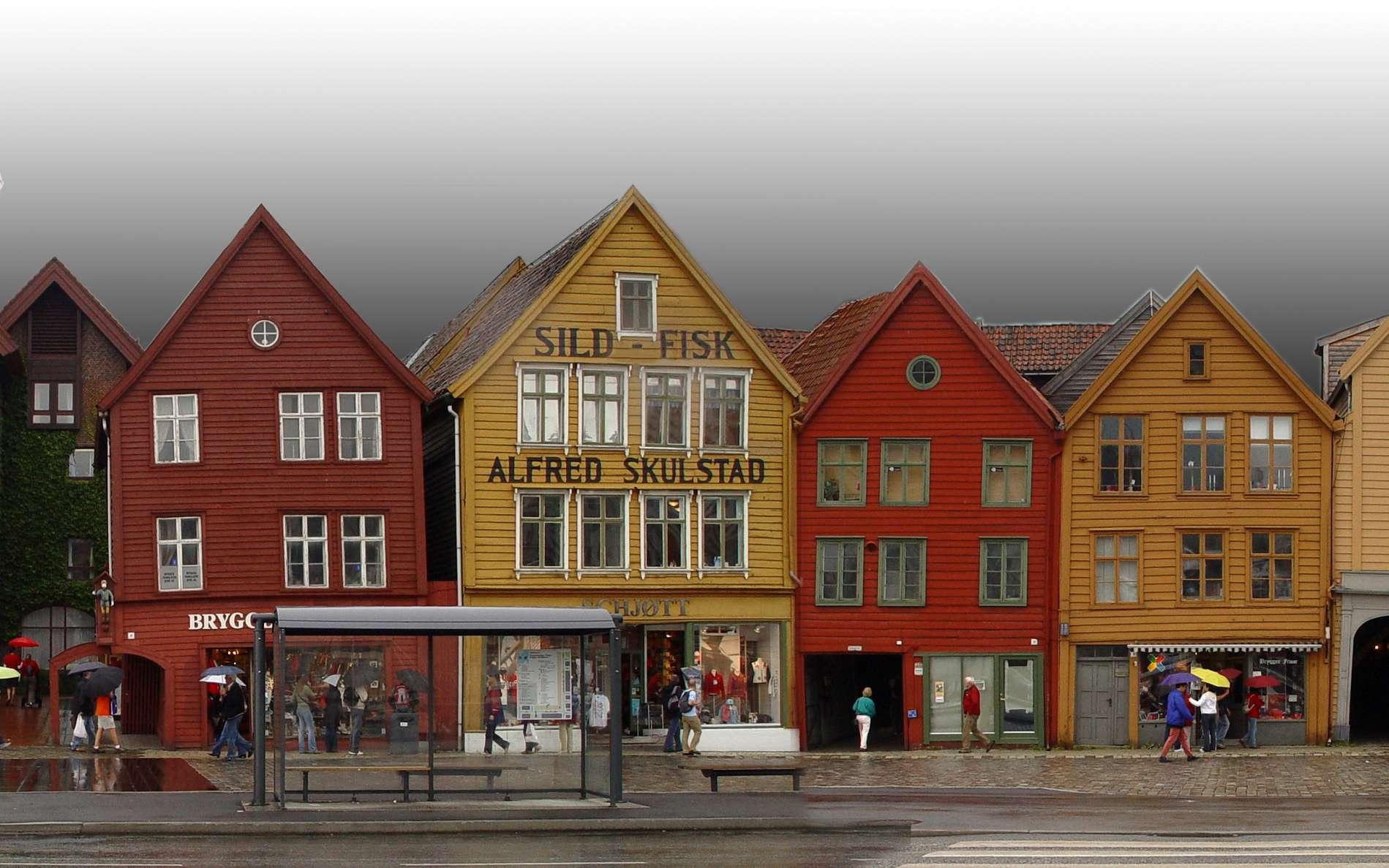 Bryggen, quartier hanséatique de Bergen, Norvège : ancien comptoir de la Hanse, actif jusqu'en 1754 ; classé au patrimoine mondial de l'Unesco depuis 1979. © Gerd Müller, Wikimedia Commons, domaine public