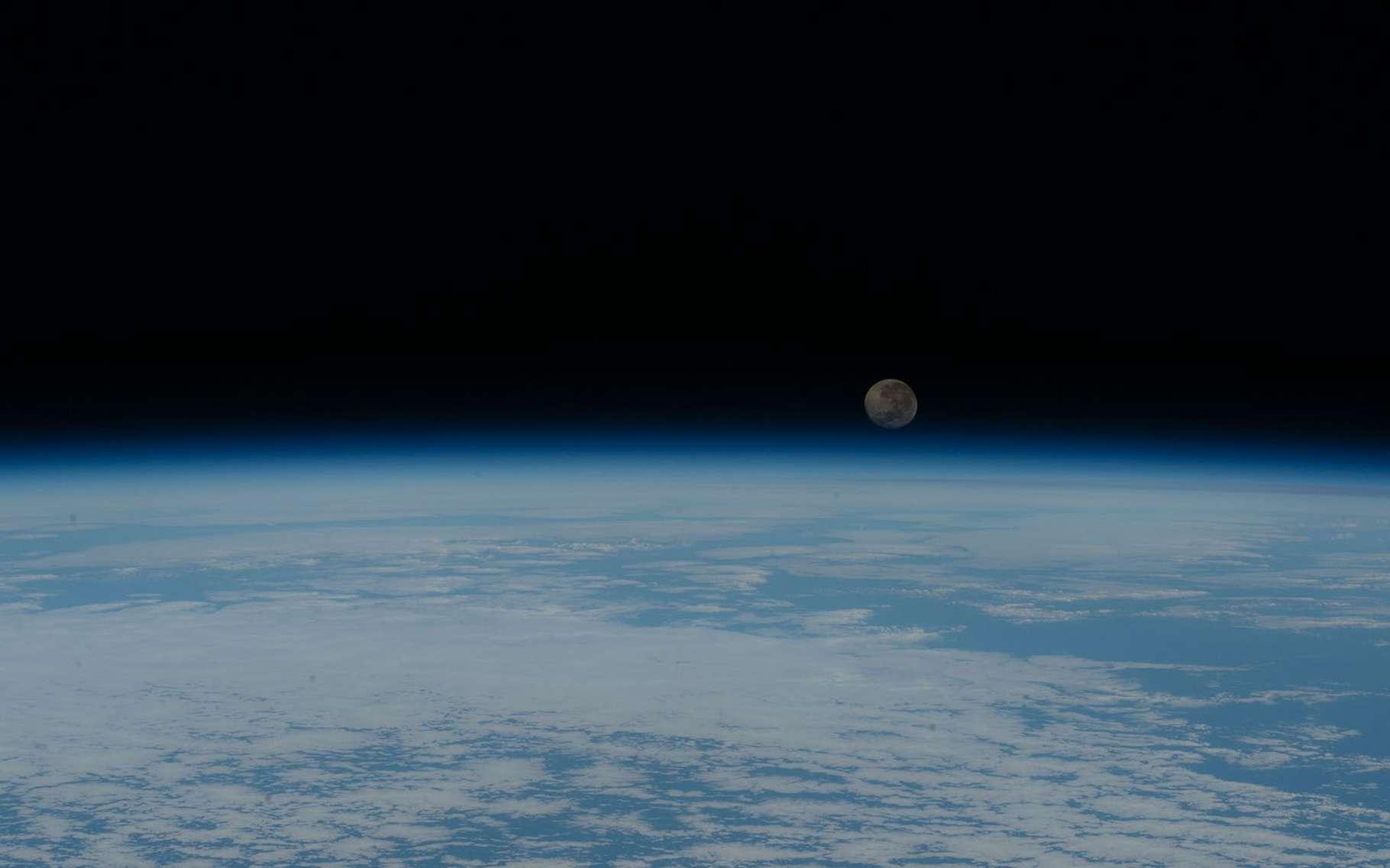 Cette photo d'un lever de Lune au-dessus de l'océan Atlantique est parmi les plus belles prises depuis la Station spatiale internationale (ISS) en 2020. © Nasa