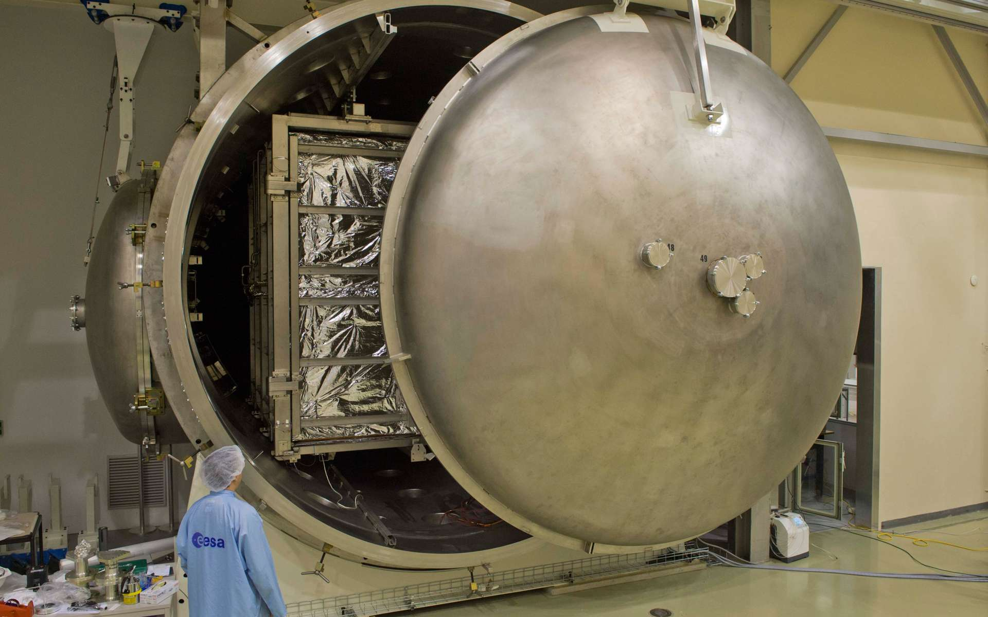 La porte de la chambre à vide Phenix de l'Estec (Esa) se ferme sur un des trois modules de la mission BepiColombo. Il en ressortira vingt jours plus tard, débarassé de tout contaminant susceptible de dégazer dans l'espace. © Anneke Le Floc'h, Esa