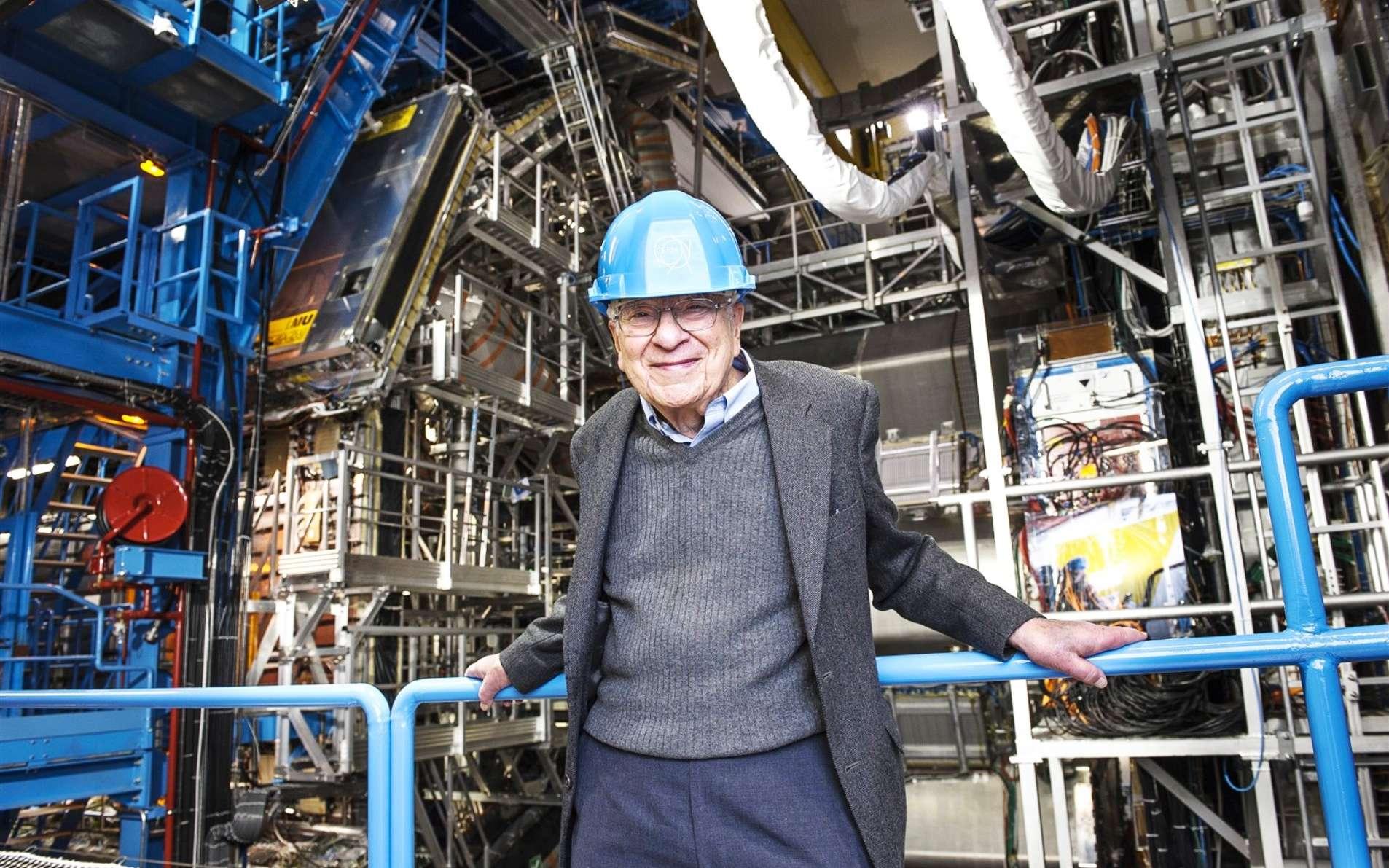 Murray Gell-Mann, l'un des pères de la théorie des quarks, en visite au Cern en janvier 2013. Le prix Nobel de physique se tient devant le détecteur Atlas. C'est l'un des principaux architectes du modèle standard des particules élémentaires. Ses travaux portent aussi sur la cosmologie quantique et il est à l'origine de l'institut de Santa Fe (Santa Fe Institute, ou SFI), un institut de recherche spécialisé dans l'étude des systèmes complexes. © Maximilien Brice, Cern