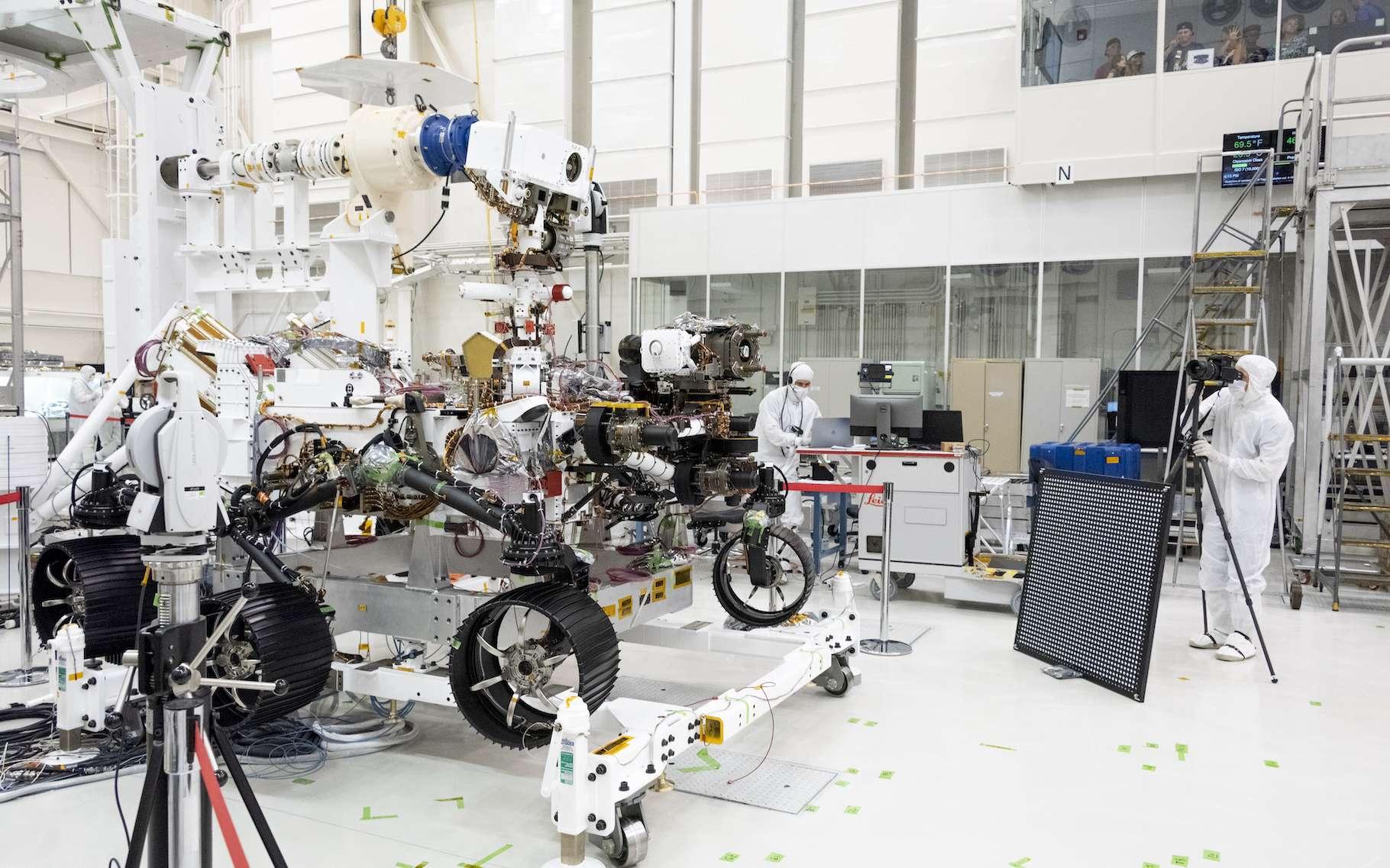 Avant son départ pour Mars, le rover de la Nasa, Perseverance, a subi une série de tests. Ici, les ingénieurs testent des caméras sur le haut du mât et le châssis avant du rover. © JPL-Caltech, Nasa