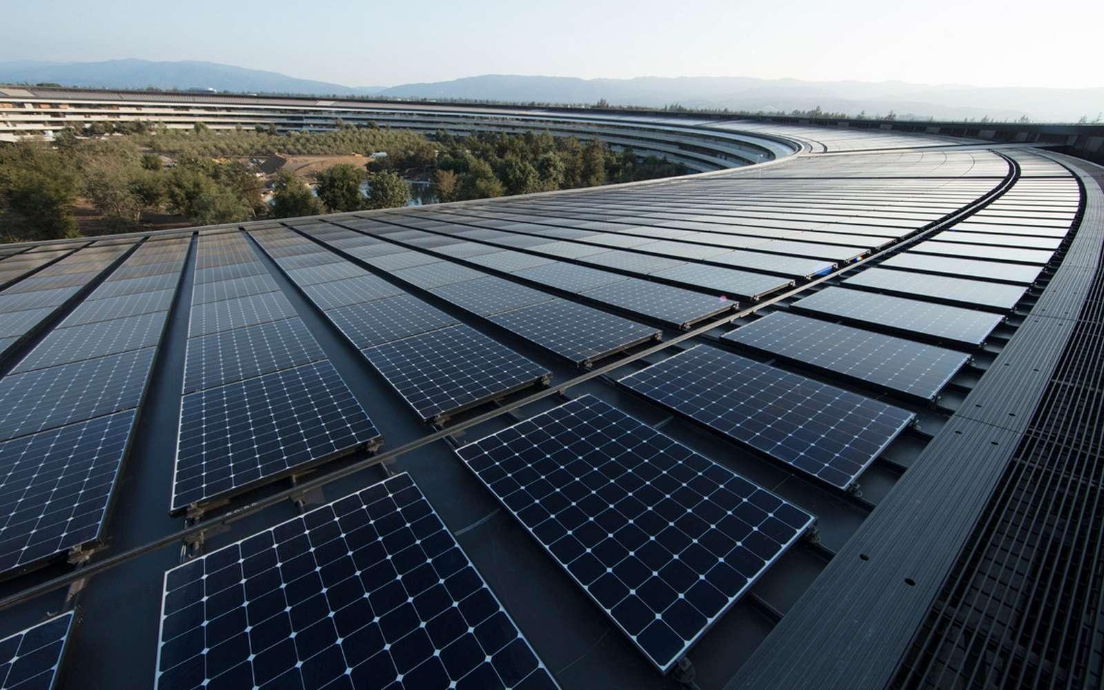 L'Apple Park, le nouveau siège d'Apple en Californie (Etats-Unis) est recouvert de panneaux solaires qui produisent 17 mégawatts d'énergie. Le site utilise également des piles à combustibles au biogaz délivrant 4 mégawatts. © Apple