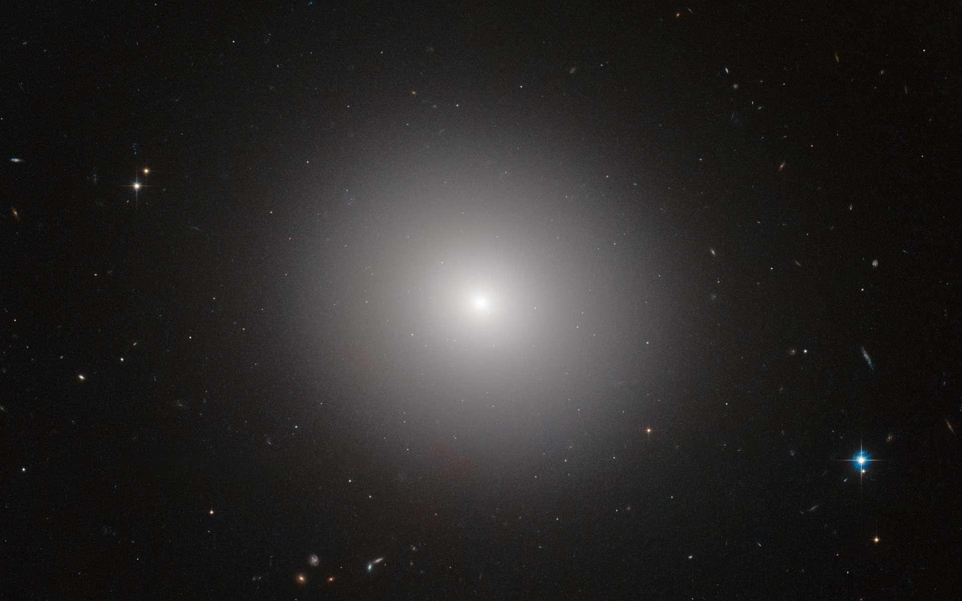 IC 2006 est une galaxie elliptique plutôt passive de l'univers local. Elle est ici photographiée dans le visible et l'infrarouge par Hubble. À l'instar de ses congénères, cette galaxie massive appartenant à un type désigné aussi comme « sphéroïde », a progressivement cessé de produire des étoiles au sein de sa partie centrale pour délocaliser les naissances sur les bordures, il y a plusieurs milliards d'années. © Esa, Hubble, Nasa, Judy Schmidt, J. Blakeslee (Dominion Astrophysical Observatory)