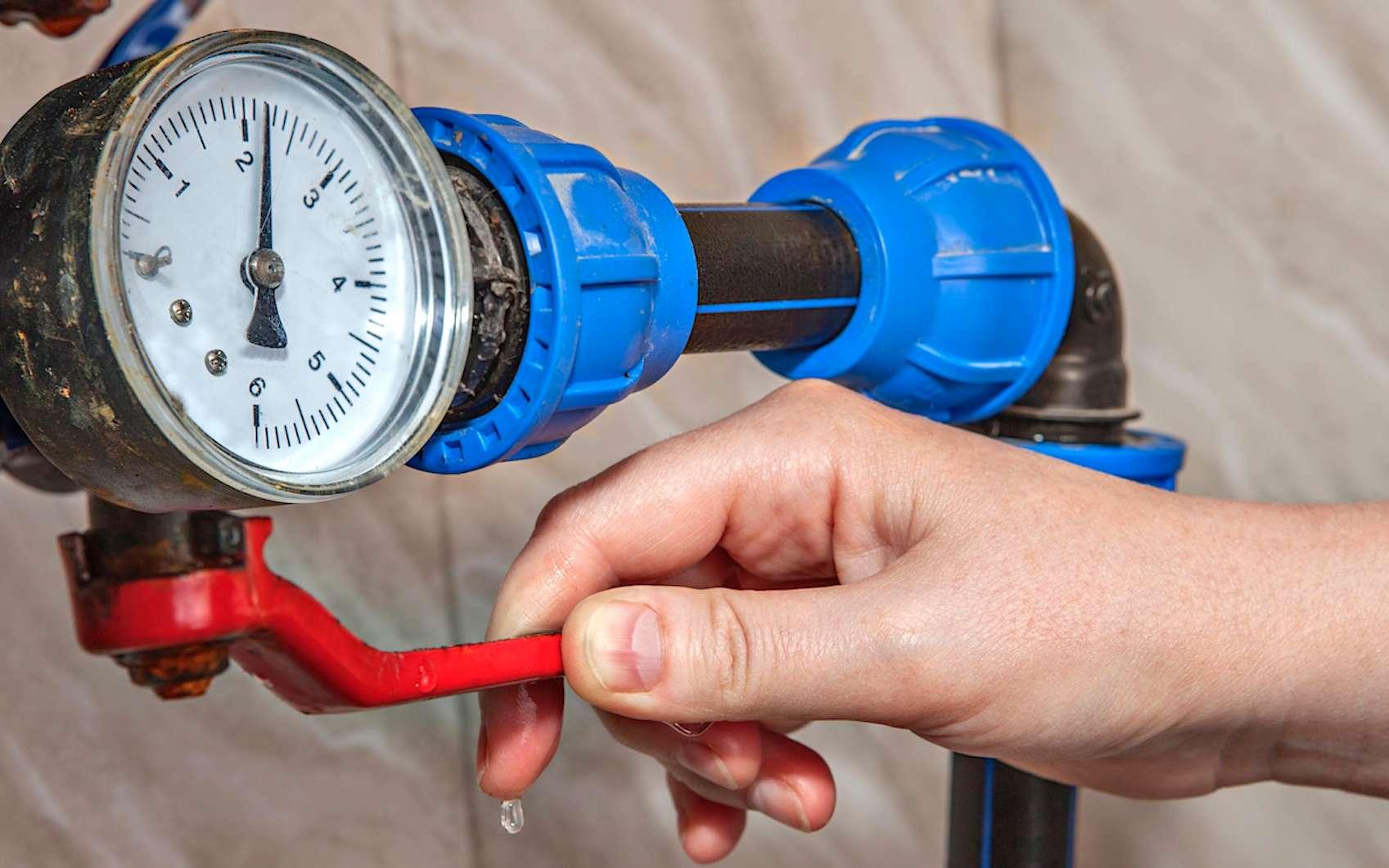 Entretenir les installations de plomberie nécessite des connaissances et pour une chaudière à gaz, par exemple, la loi impose un entretien annuel et l'intervention d'un professionnel. © Engie
