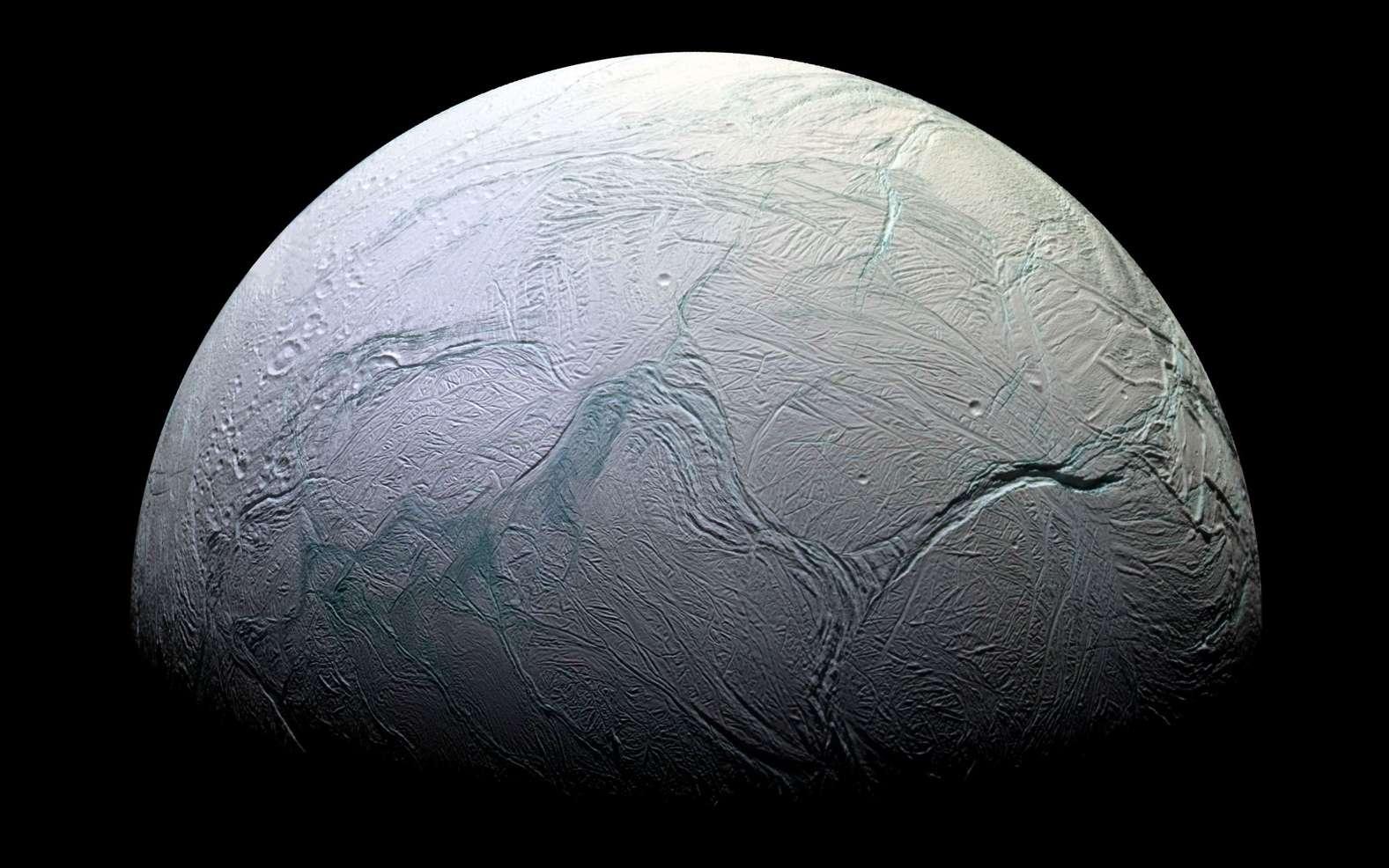 Le satellite Encelade vu par la sonde Cassini en 2005. La surface de cette petite lune est une croûte de glace, fracturée par endroits. Les quatre « Rayures de tigre » sont visibles ici, en fausses couleurs. © Nasa, JPL, Space Science Institute