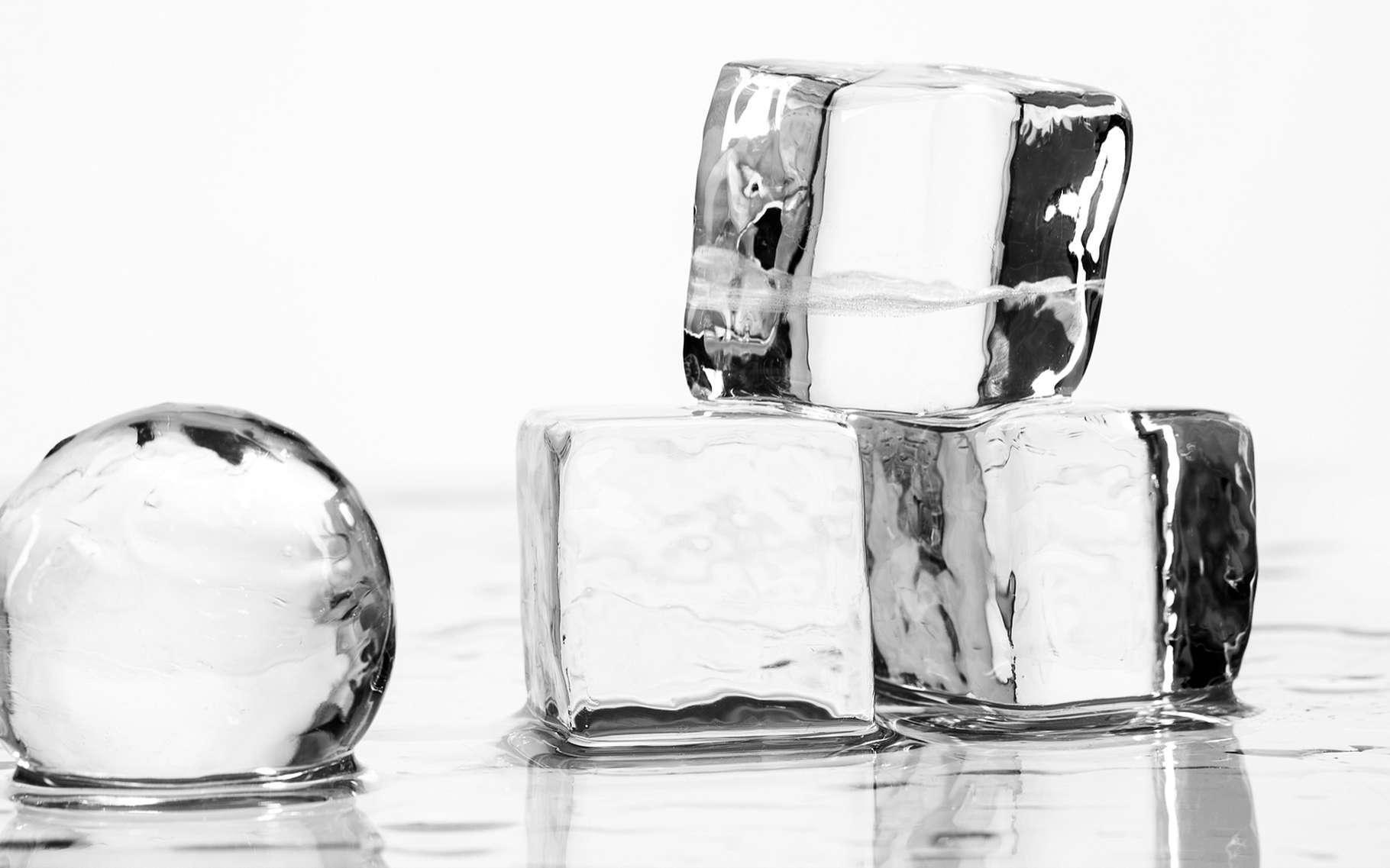 Des cubes de glace ordinaire, plus légère que l'eau liquide. © Allgord, Shutterstock