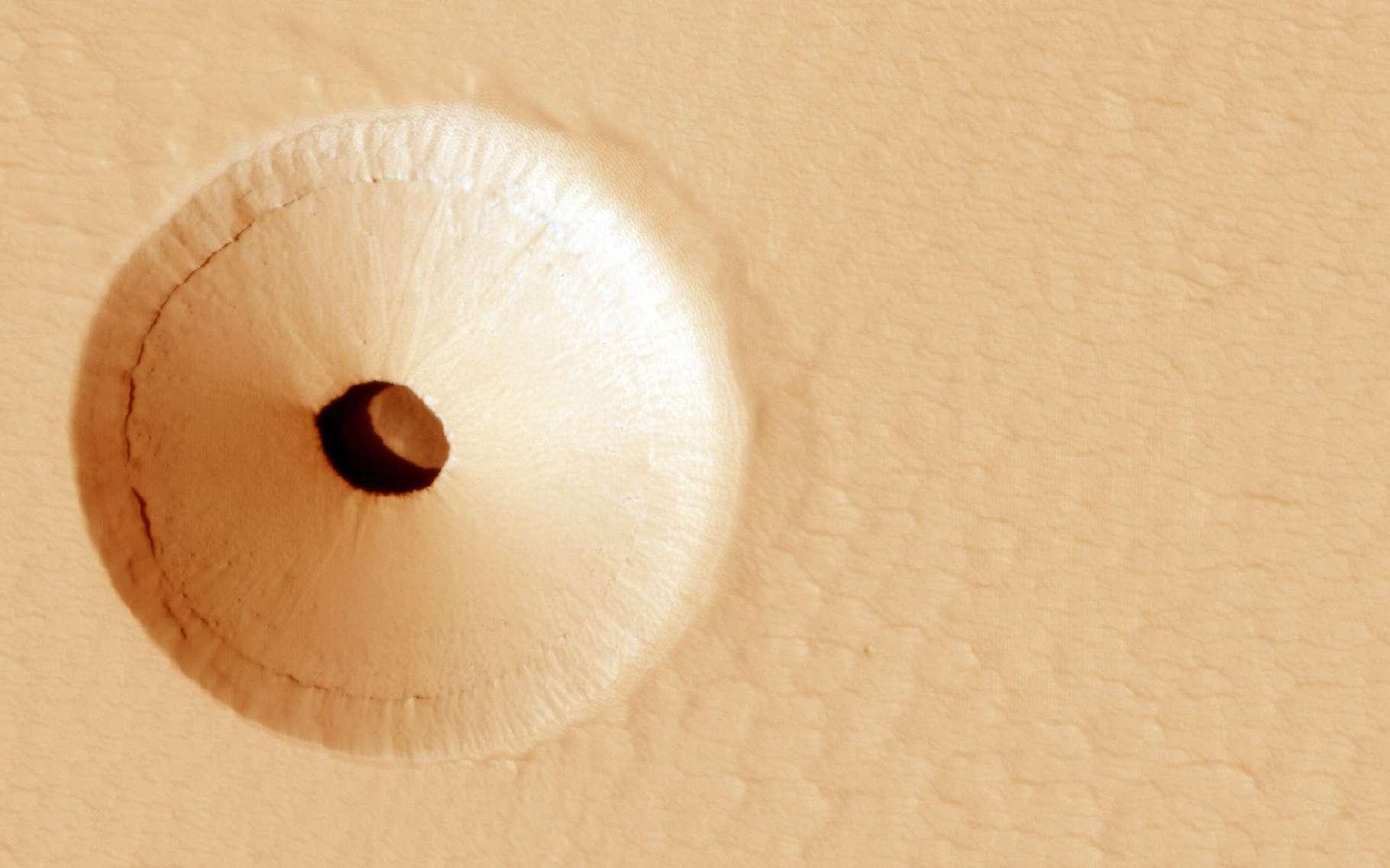 En 2011, Mars Reconnaissance Orbiter a découvert par hasard, sur le flanc d'un volcan martien, un mystérieux trou. Le témoin de l'activité volcanique passée de la région. © Université de l'Arizona, JPL, Nasa