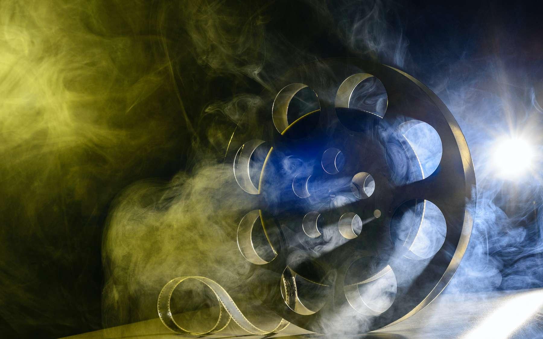 Les COV (composés organiques volatils) émis lors des projections de films sont un indicateur du type de scène qui se déroule à l'écran. © filins, Adobe Stock