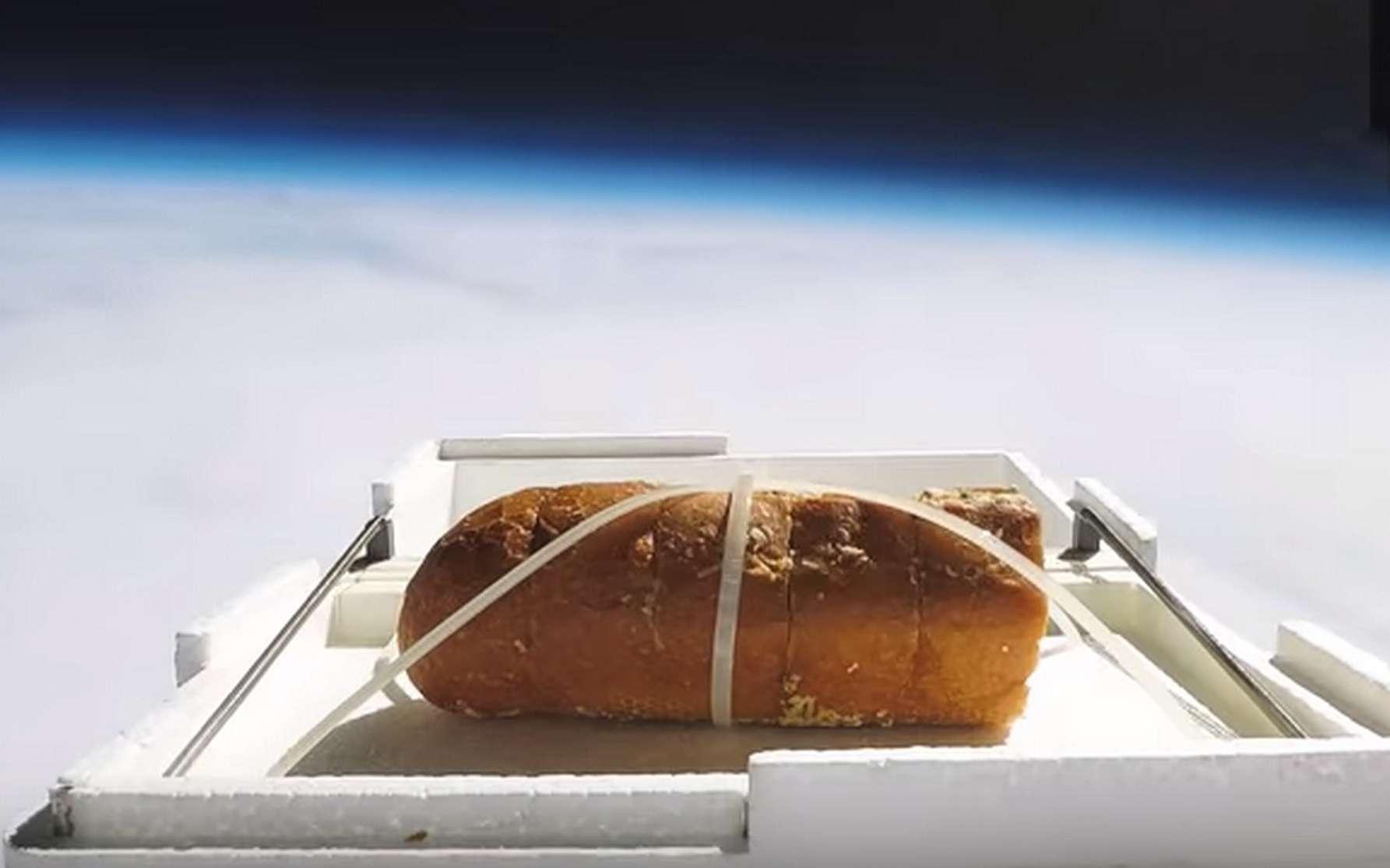 Quel goût a le pain une fois passé par la stratosphère ? La réponse dans ce Drôle de Tech. © Tom Scott
