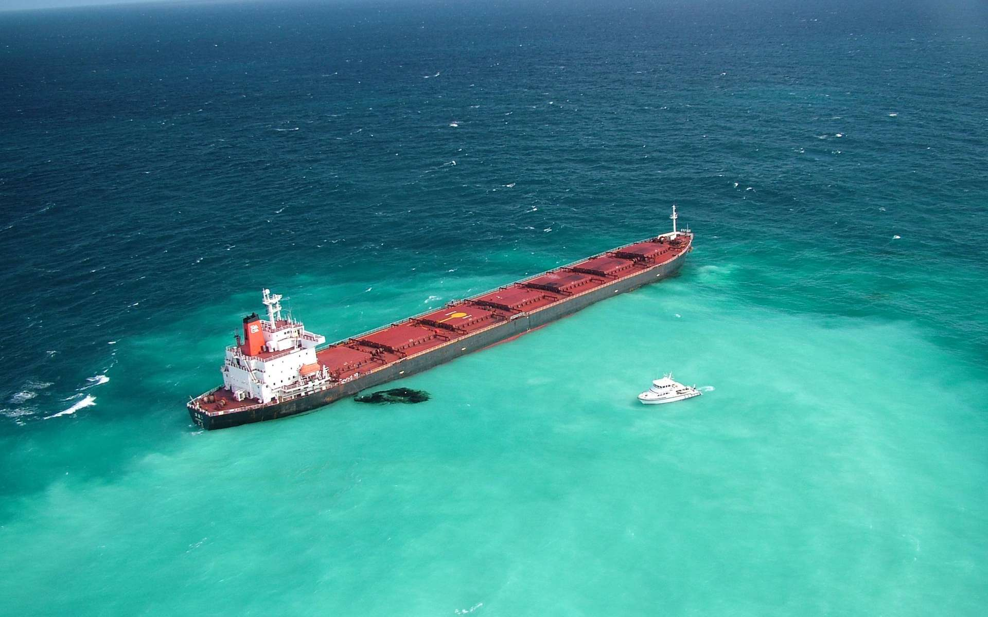 La situation telle qu'elle était dimanche : le navire chinois qui transporte 65.000 tonnes de charbon à destination de la Chine est échoué sur un récif et du fioul lourd s'échappe d'une fissure de la coque. Les moteurs et le gouvernail du navire sont sérieusement endommagés et les autorités tentent de stabiliser l'épave avant que la coque ne se rompe. © Maritime Safety Queensland