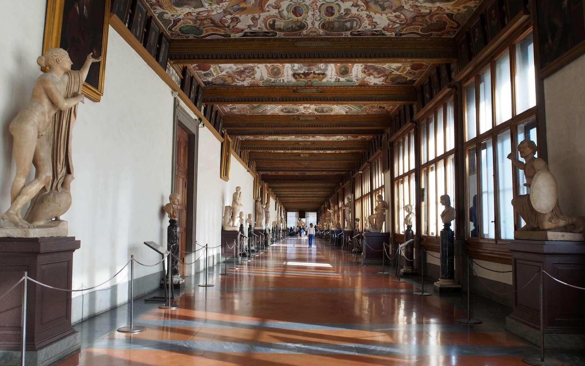 Le plafond richement décoré de la galerie du deuxième étage de la galerie des Offices à Florence. © Petar Miloševic, Wikimedia Commons, CC by-sa 4.0