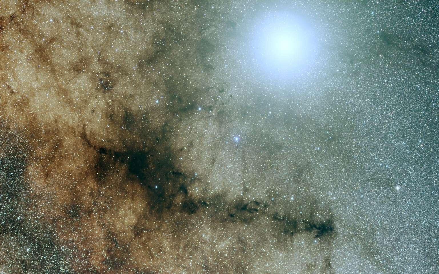 Jupiter est étincelante devant les milliards d'étoiles de la Voie lactée, au-dessus de la nébuleuse de la Pipe. C'était l'image astronomique du jour (Apod) du 7 juin 2019. Superbe photo des Français Alain Maury et Jean-Marc Mari. © Alain Maury, Jean-Marc Mari, Apod