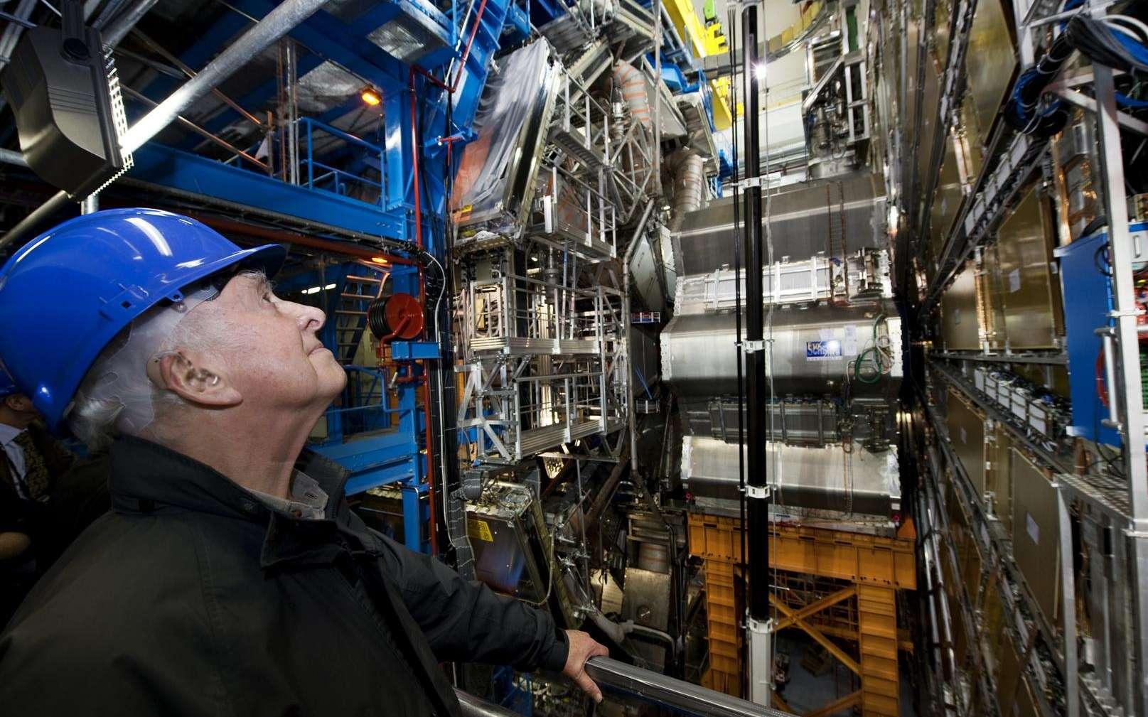 Peter Higgs devant le détecteur Atlas au LHC. © Cern