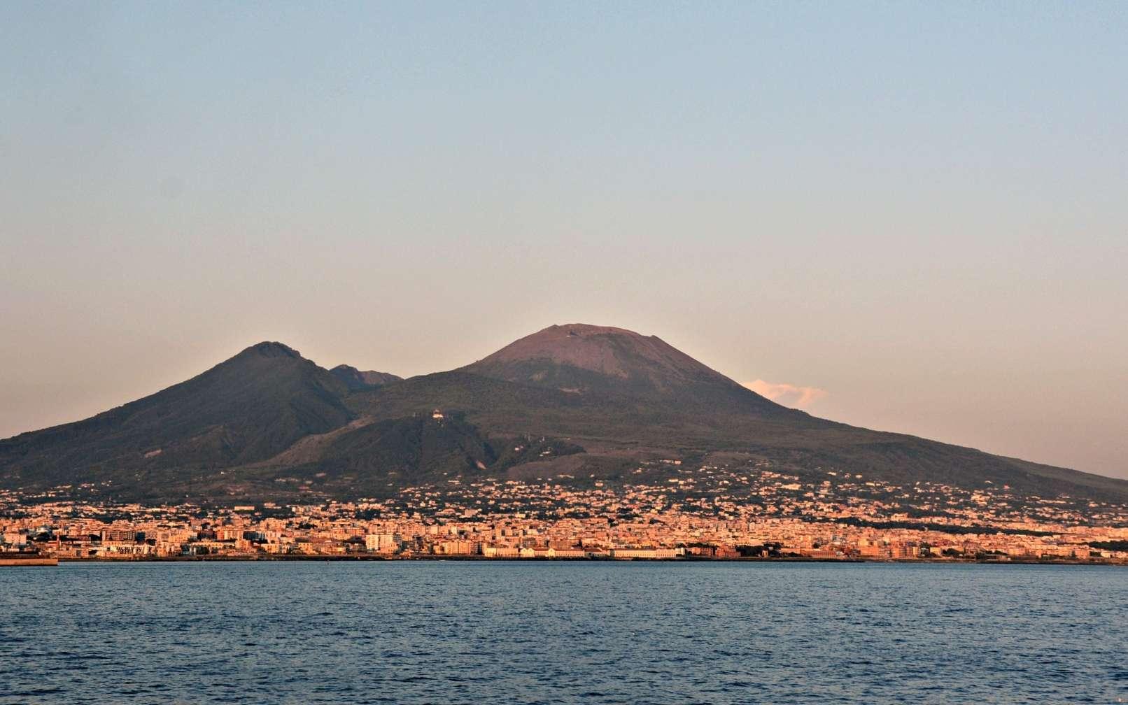 Une vue du Vésuve et de la baie de Naples. © Mentnafunangann cc by sa 4.0